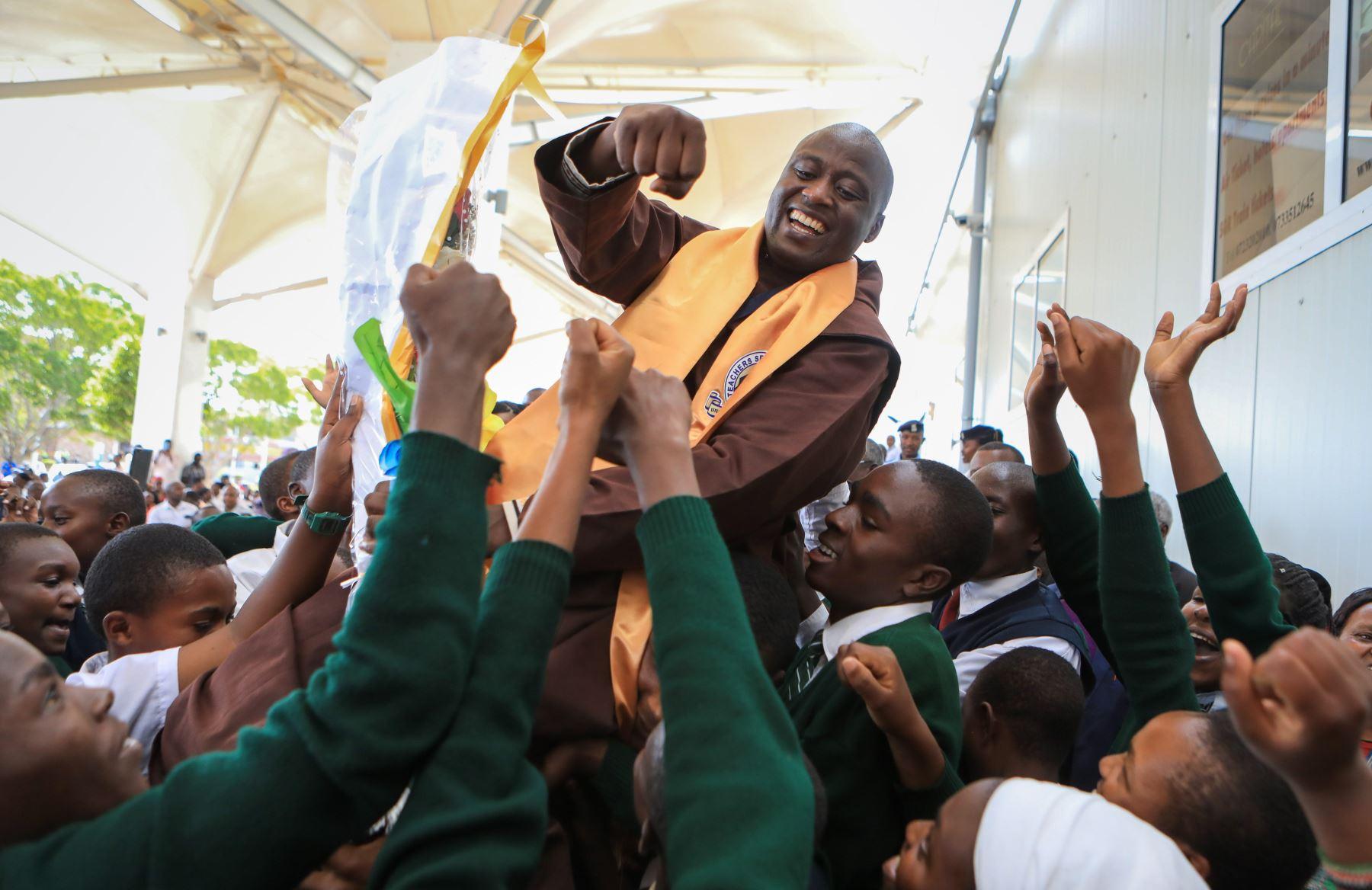 El maestro keniano Peter Tabichi, ganador del Global Teacher Prize 2019, que lo distingue como mejor profesor del mundo, es aupado por sus estudiantes en Nairobi (Kenia). Foto: EFE