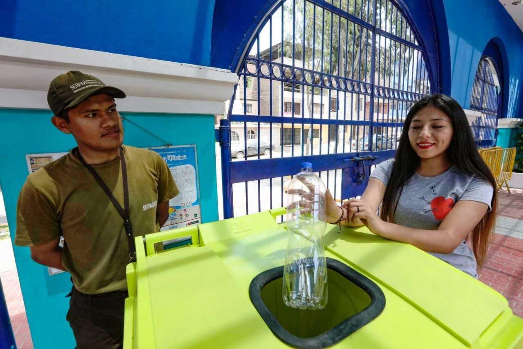 Vecinos ingresarán gratis a clubes zonales reciclando botellas de plástico. Foto: ANDINA/Difusión.