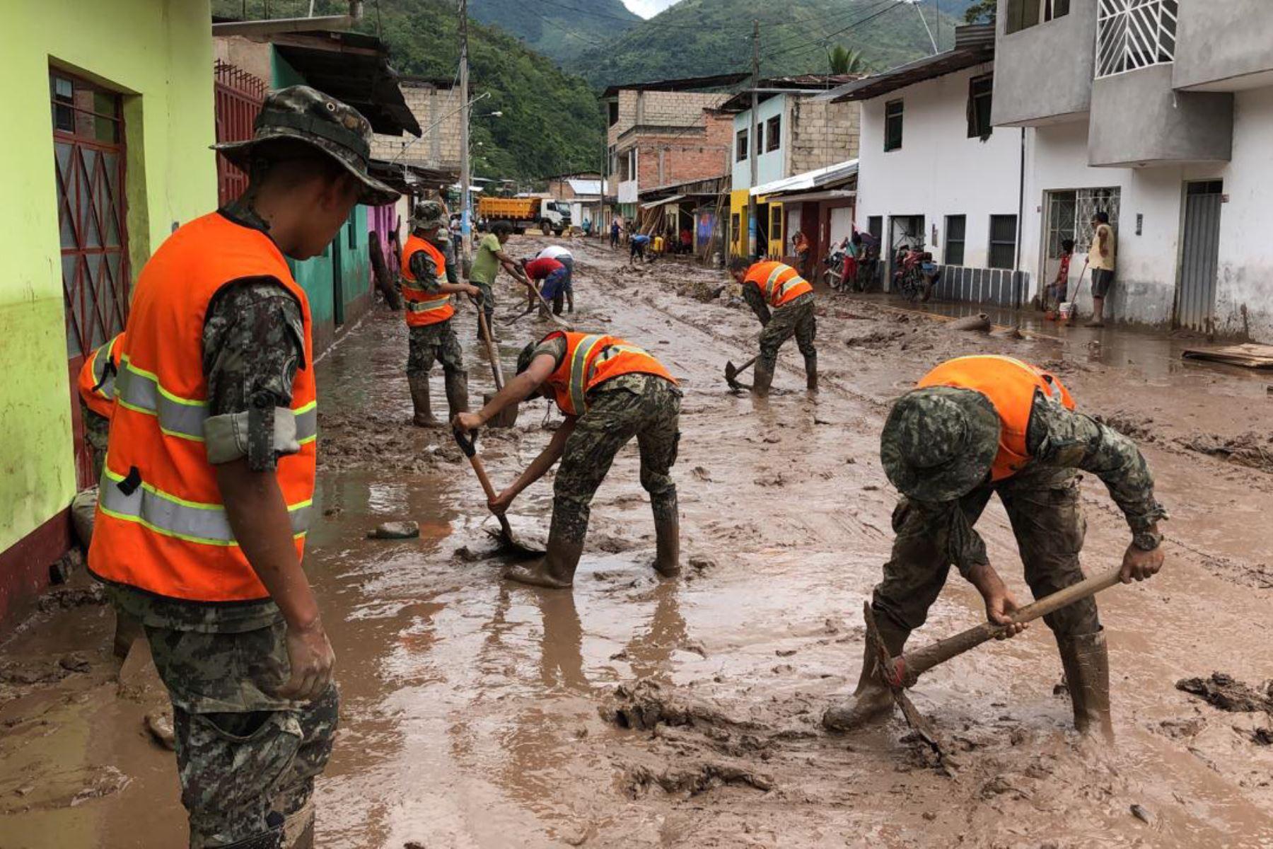 Fuerzas Armadas apoyan a 300 familias aisladas por desborde de ríos en Chanchamayo