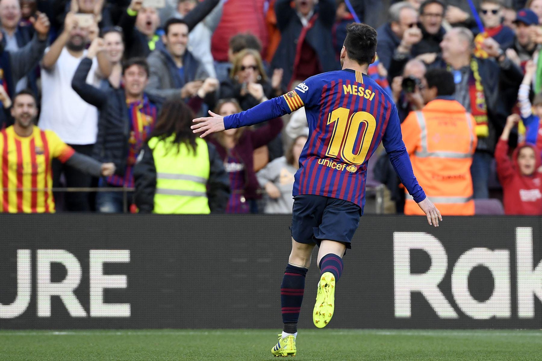 El delantero argentino de Barcelona, Lionel Messi, celebra después de marcar un gol durante el partido de fútbol de la liga española entre el FC Barcelona y el RCD Espanyol.foto:AFP