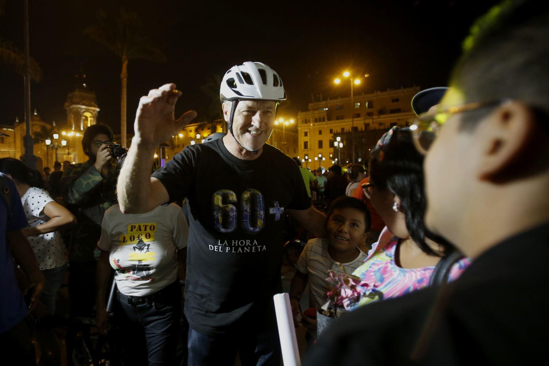 Presidente Martín Vizcarra acompaña al alcalde Jorge Muñoz y a la sociedad civil en el acto simbólico por la hora del planeta realizado en la Plaza de Armas de LIma.  Foto: ANDINA/Nathalie Sayago