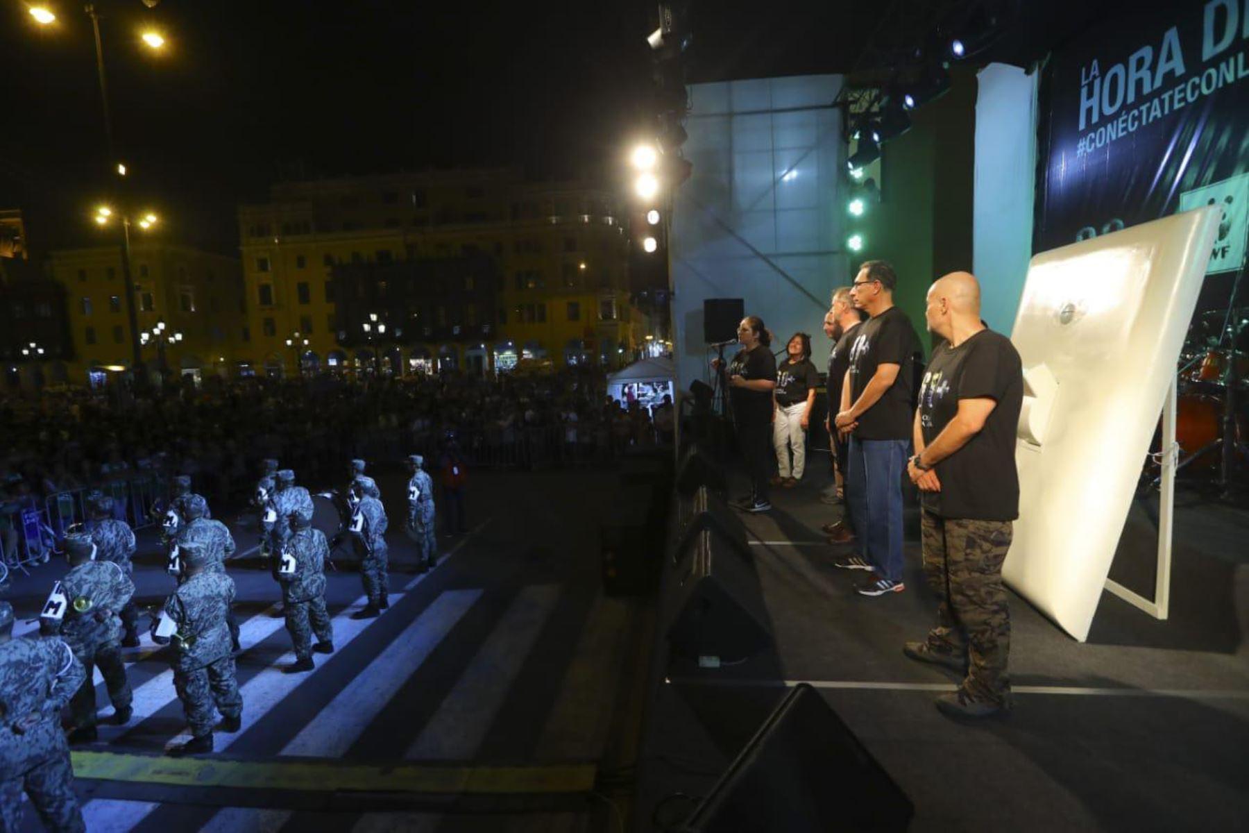 Presidente Martín Vizcarra acompaña al alcalde Jorge Muñoz y a la sociedad civil en el acto simbólico por la hora del planeta realizado en la Plaza de Armas de LIma.  Foto: ANDINA/Prensa Presidencia