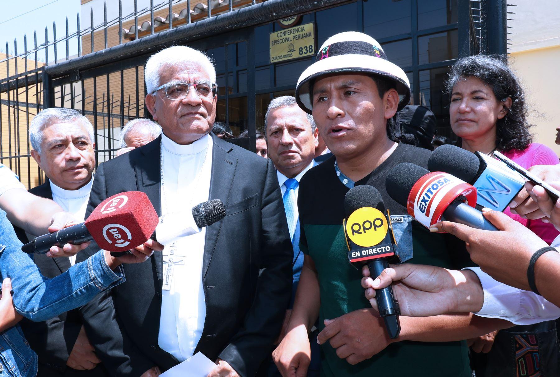 El presidente de la Conferencia Episcopal Peruana, monseñor Miguel Cabrejos y el  Dirigente Gregorio Rojas, Presidente de la Comunidad de Fuerabamba Foto: ANDINA/Norman Córdova