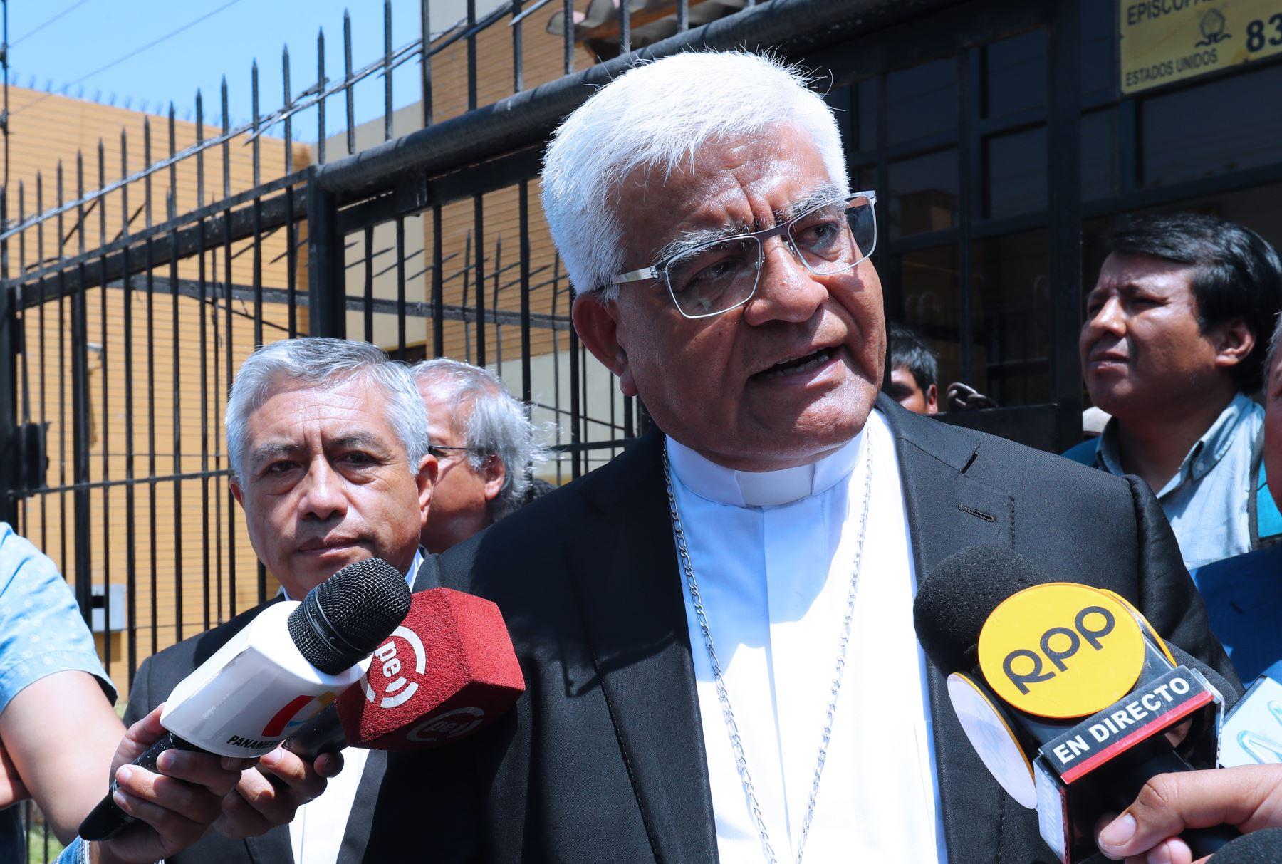 El presidente de la Conferencia Episcopal Peruana, monseñor Miguel Cabrejos se reúne con dirigentes  de la Comunidad de Fuerabamba Foto: ANDINA/Norman Córdova