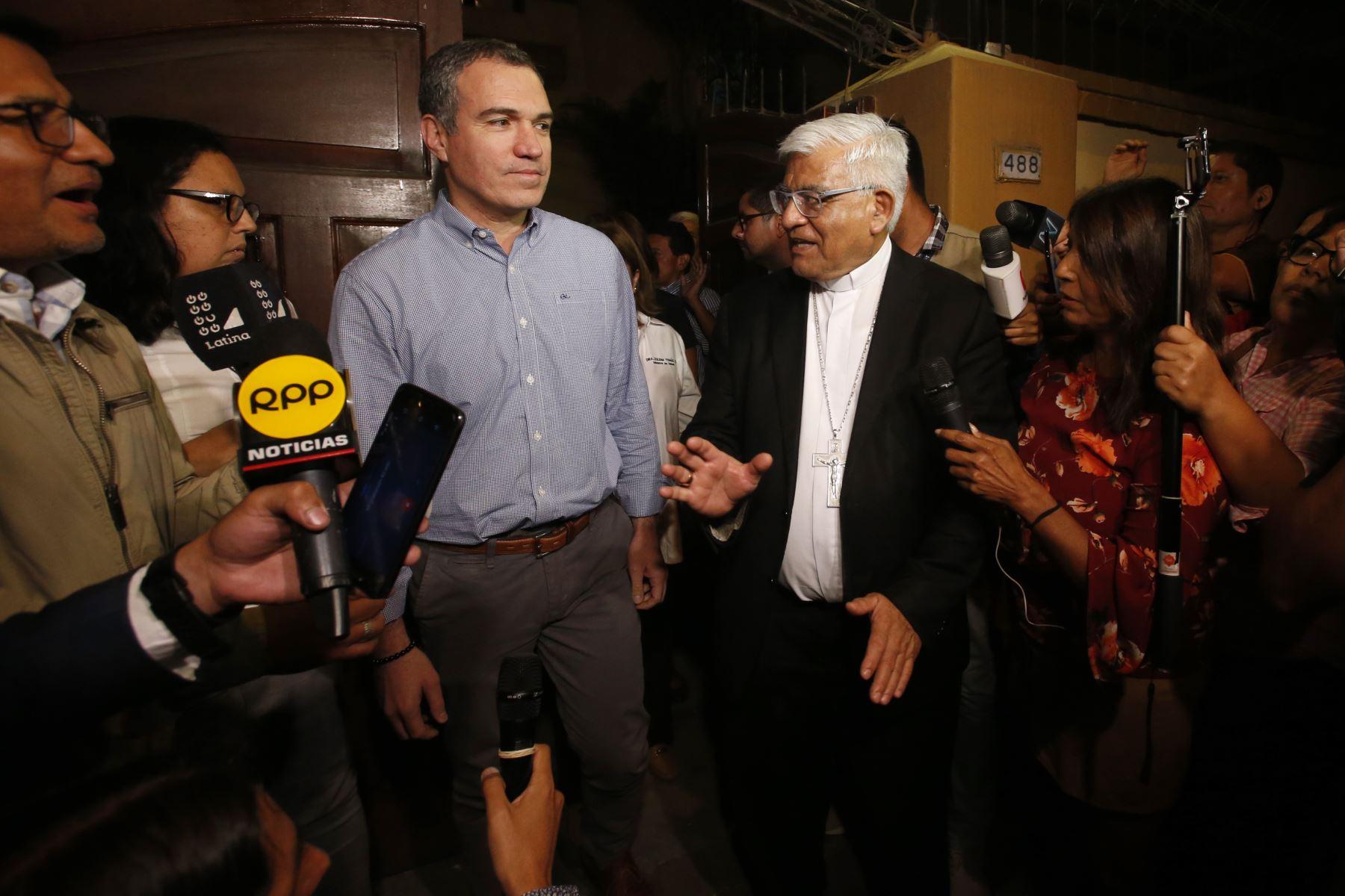 Primer ministro Salvador del Solar ofrece declaraciones tras la reunión con comuneros de Fuerabamba. Foto: ANDINA/Nathalie Sayago