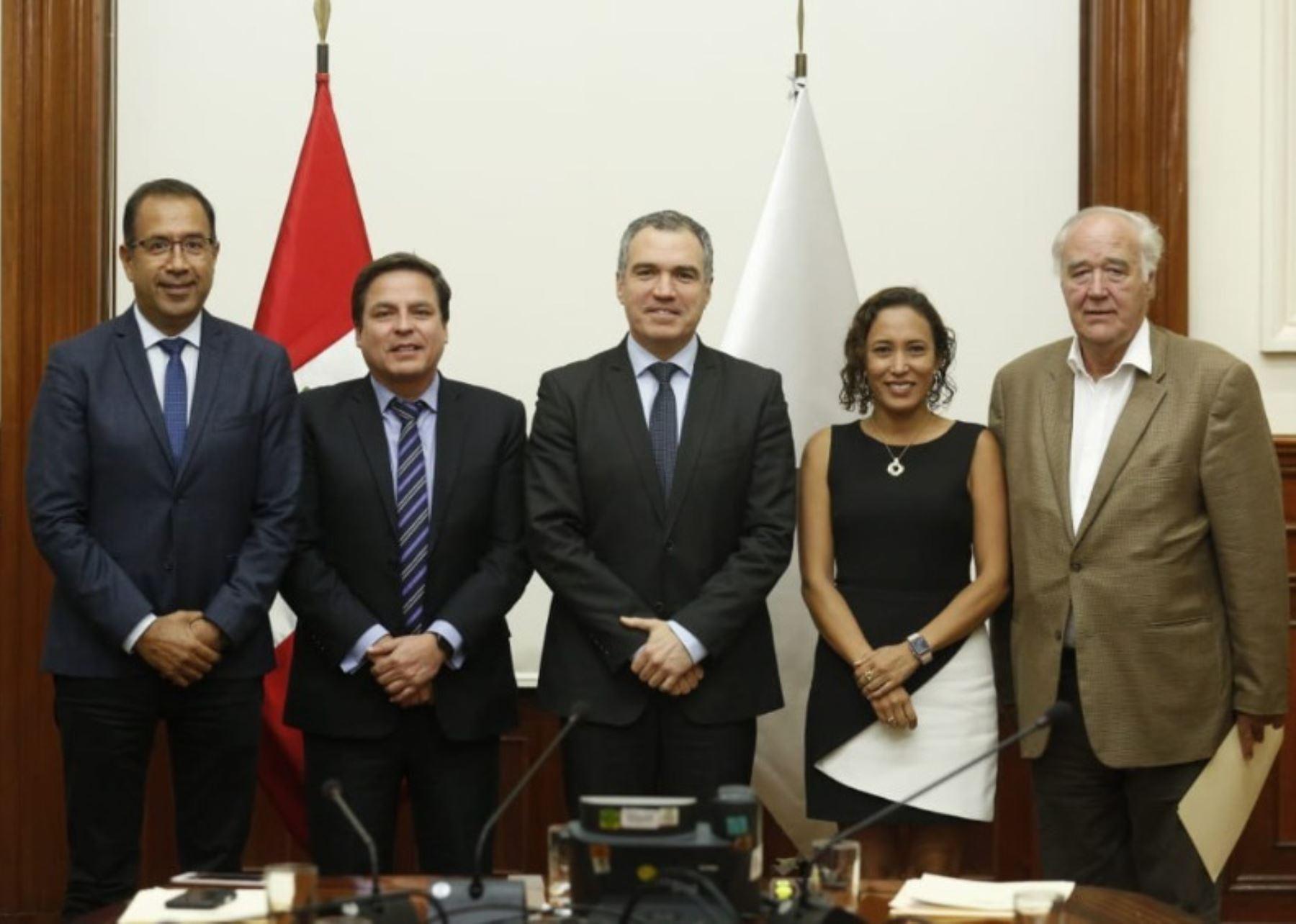 Miembros de Acción Popular con presidente del Consejo de Ministros, Salvador del Solar.