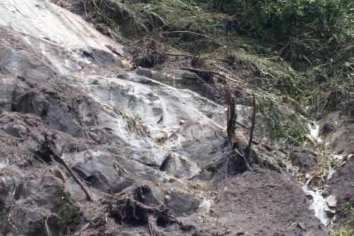 Personal del Parque Arqueológico de Machu Picchu evalúa los daños ocasionados por el deslizamiento de tierra y piedras registrado esta mañana en el sector Andenes Orientales.