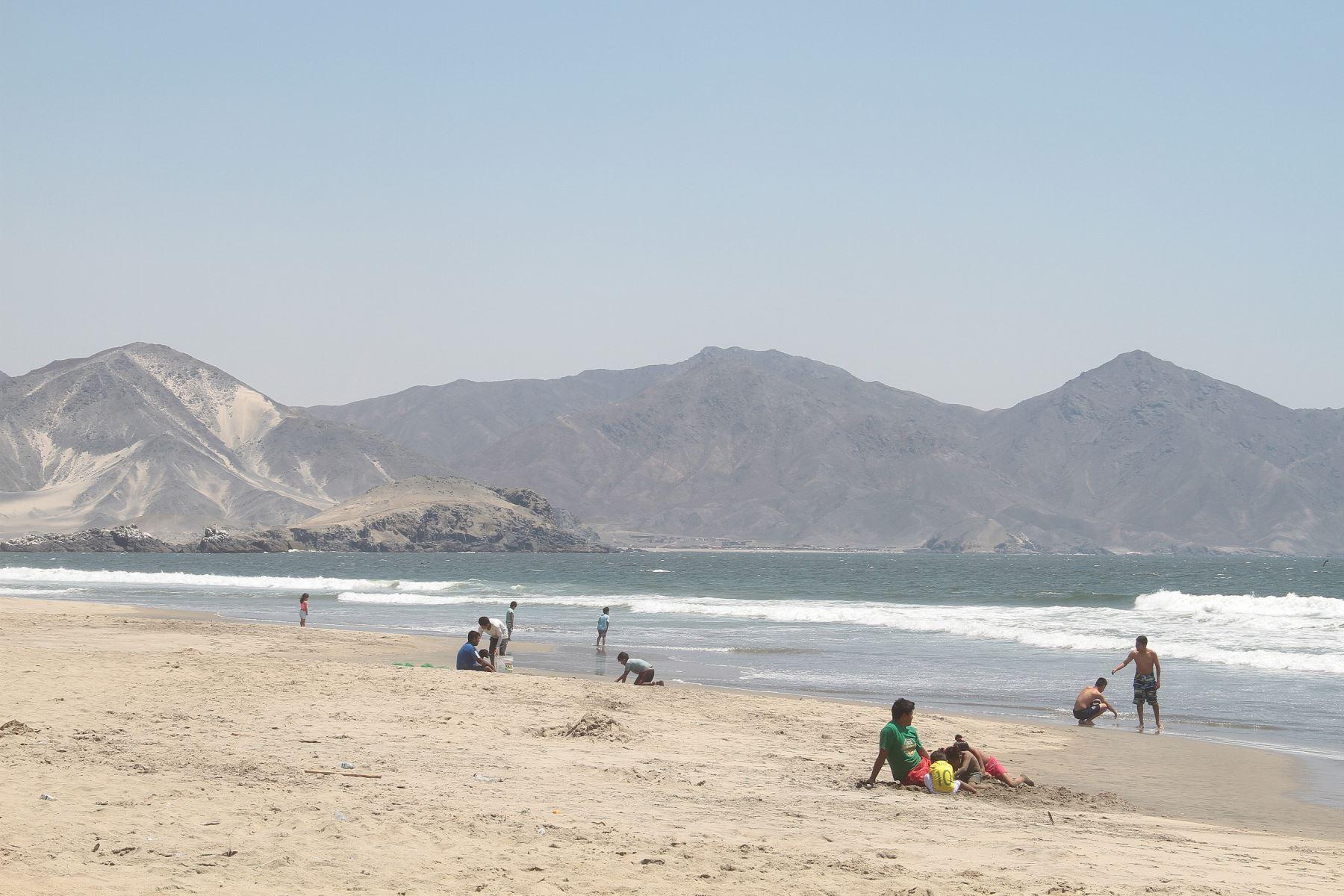Las playas de Tuquillo, en la provincia de Huarmey, tienen aguas cristalinas y azuladas.