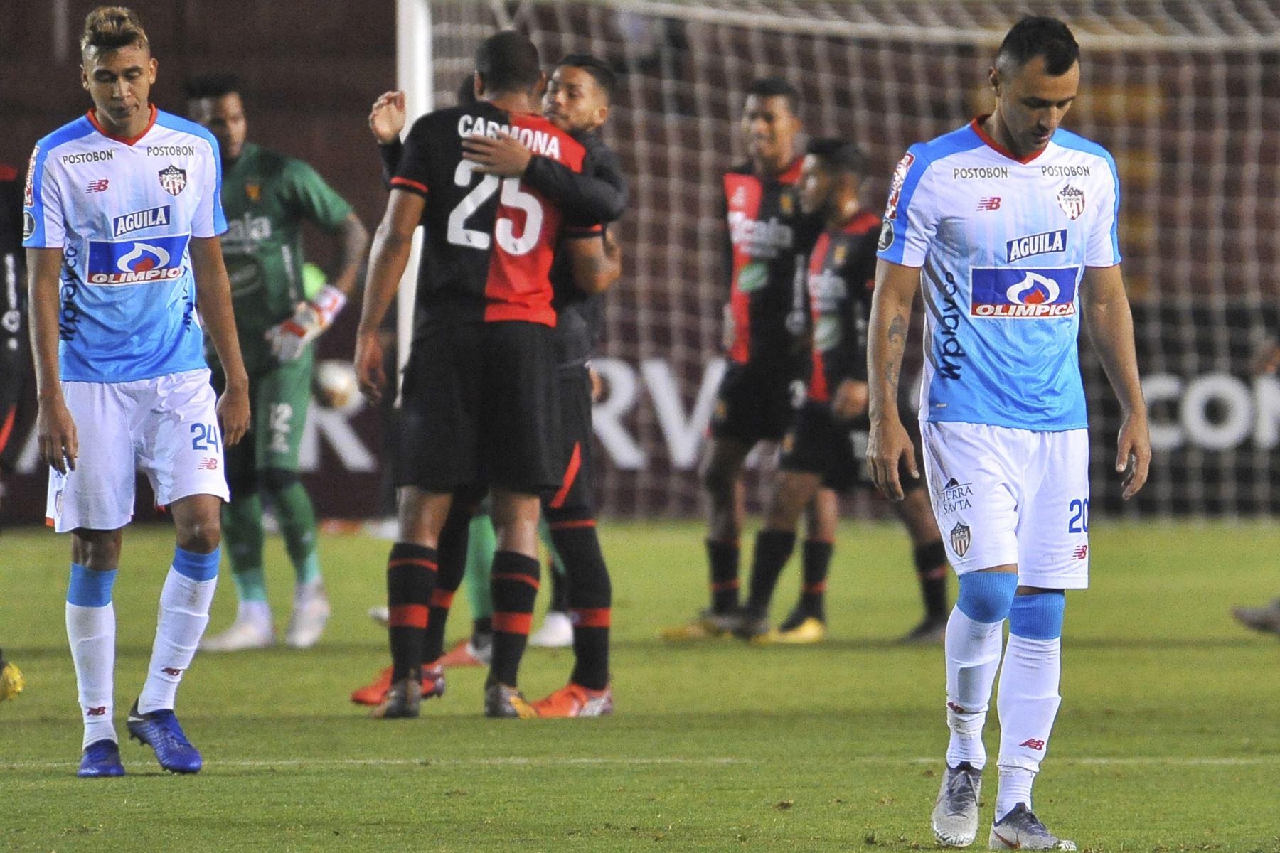 El junior de Colombia Marlon Piedrahita y Victor Cantillo reaccionan después de perder contra Melgar de Perú al finalizar su partido de fútbol de la Copa Libertadores 2019 en el Estadio UNSA. Foto: AFP
