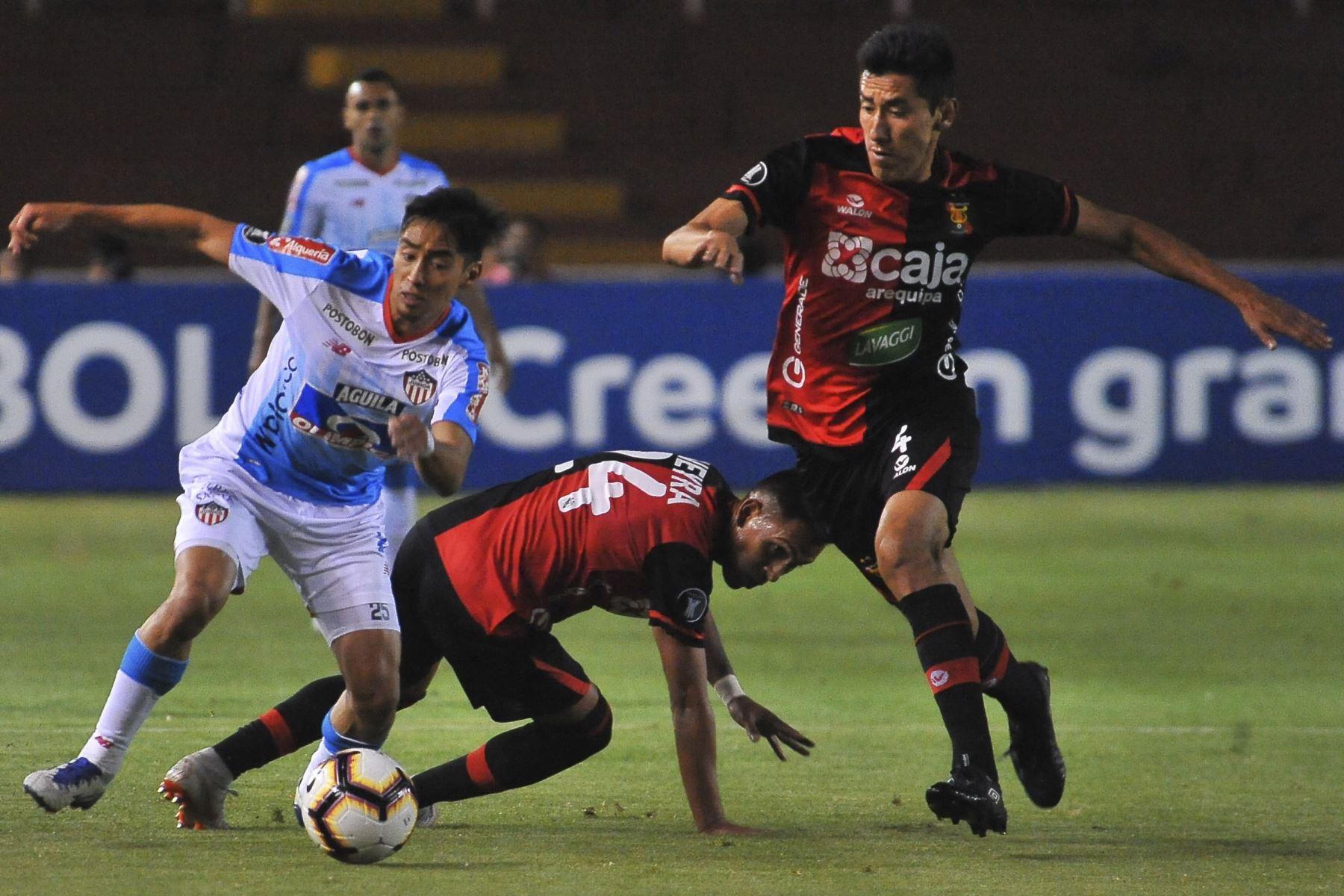 El colombiano Fabian Sambueza compite por el balón contra ángel romero del Melgar por la Copa Libertadores 2019 en el estadio UNSA en Arequipa. Foto: AFP