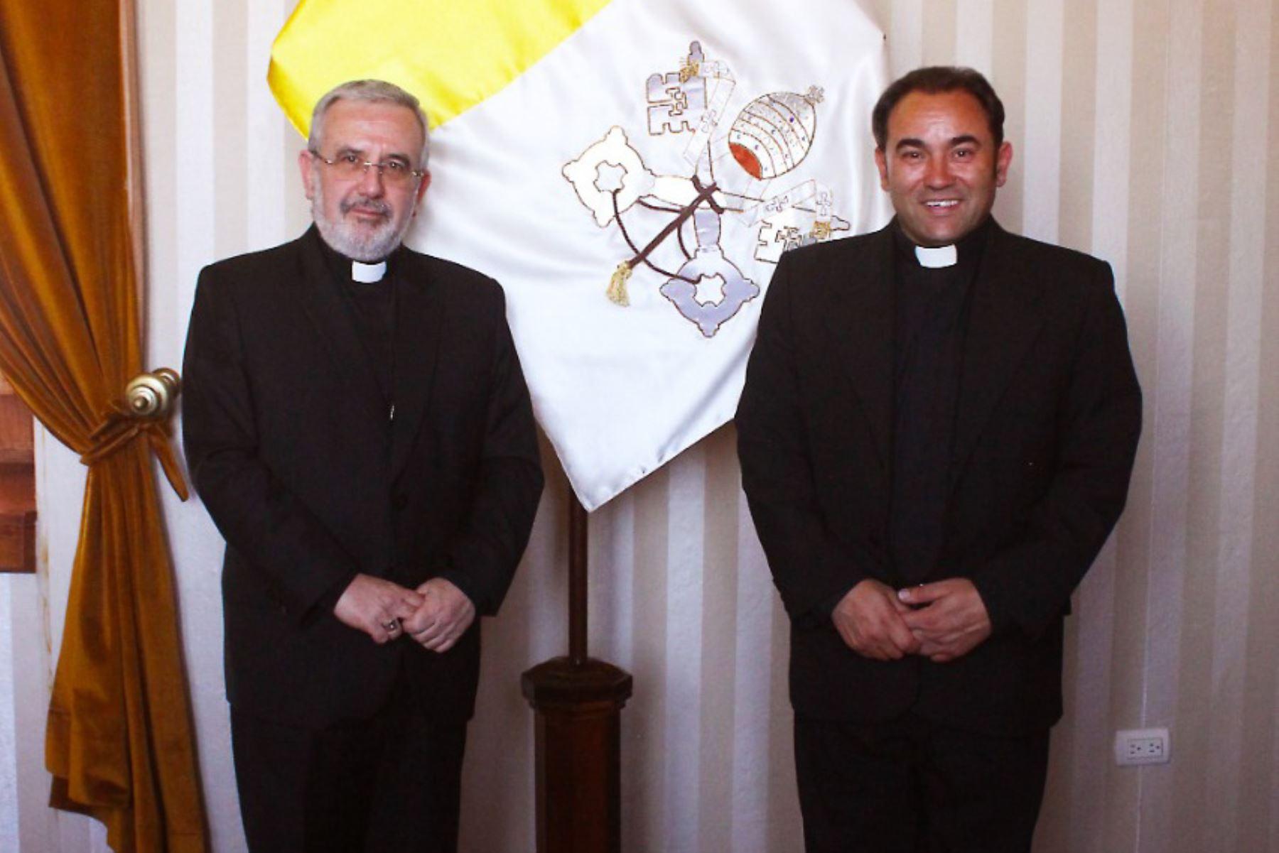 El arzobispo metropolitano de Arequipa, monseñor Javier del Río Alba, junto al nuevo obispo de la Prelatura Santiago Apóstol de Huancané, Giovanni Cefai (derecha).