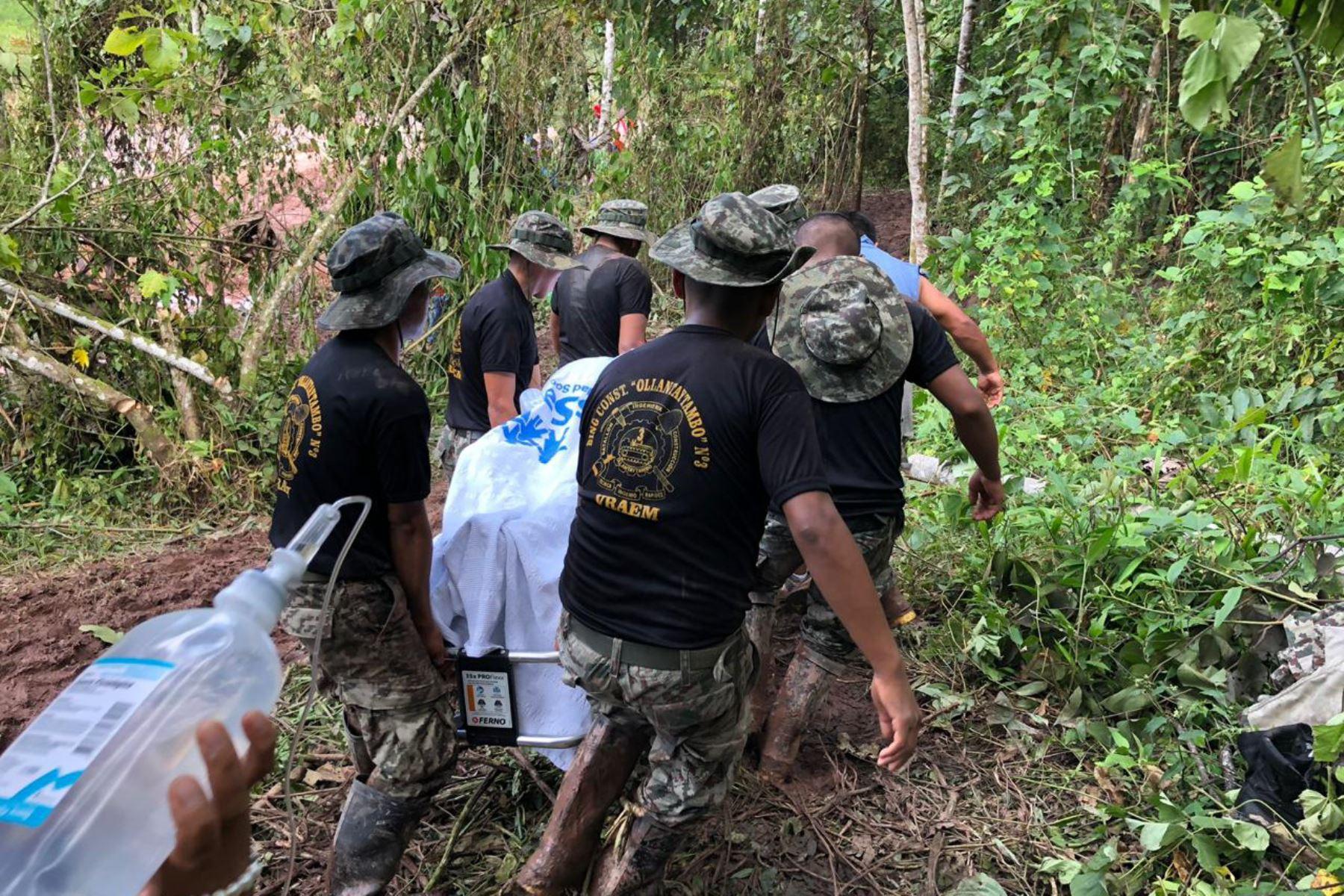 Miembros de las Fuerzas Armadas brindan asistencia humanitaria a los pobladores de la selva central afectados por huaicos y deslizamientos.