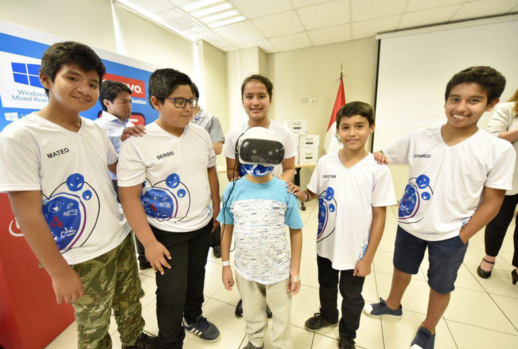 Alumnos aprenden a crear aplicativos moviles, paginas web y juegos en realidad virtual (Foto: Cortesía)