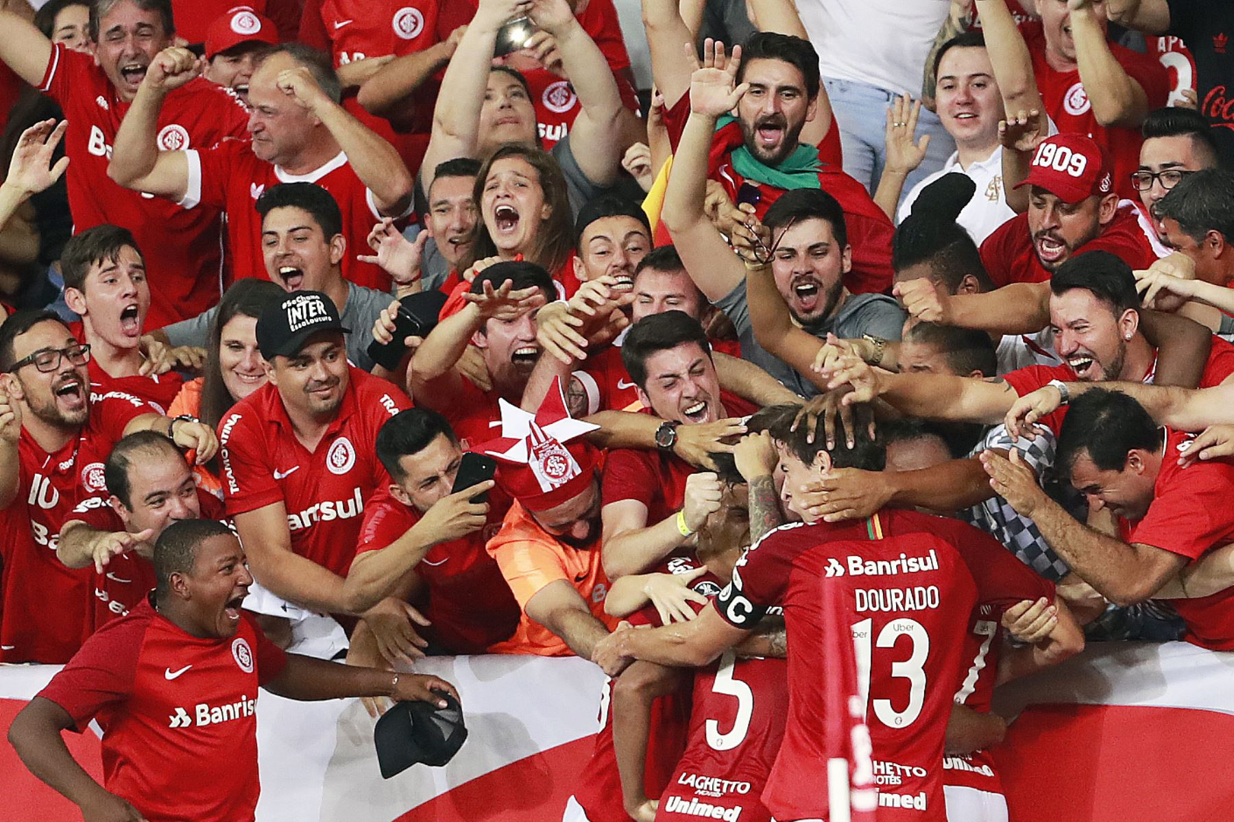 Hinchada del Inter de Porto Alegre, el nuevo equipo que defiende Paolo Guerrero. Foto: AFP
