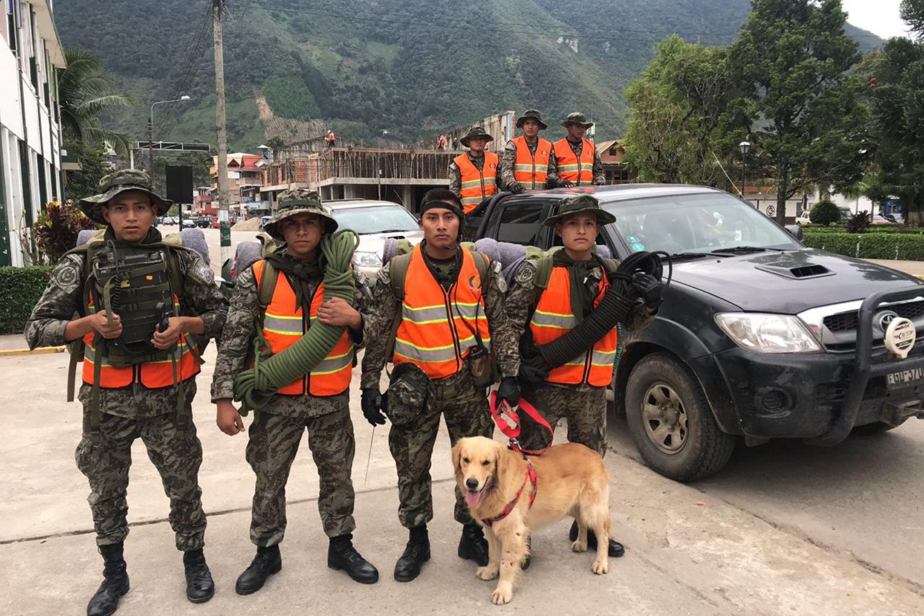 Dos patrullas de soldados se sumaron a las labores de búsqueda y rescate de la profesora  Ayda Simón Arrostegui.