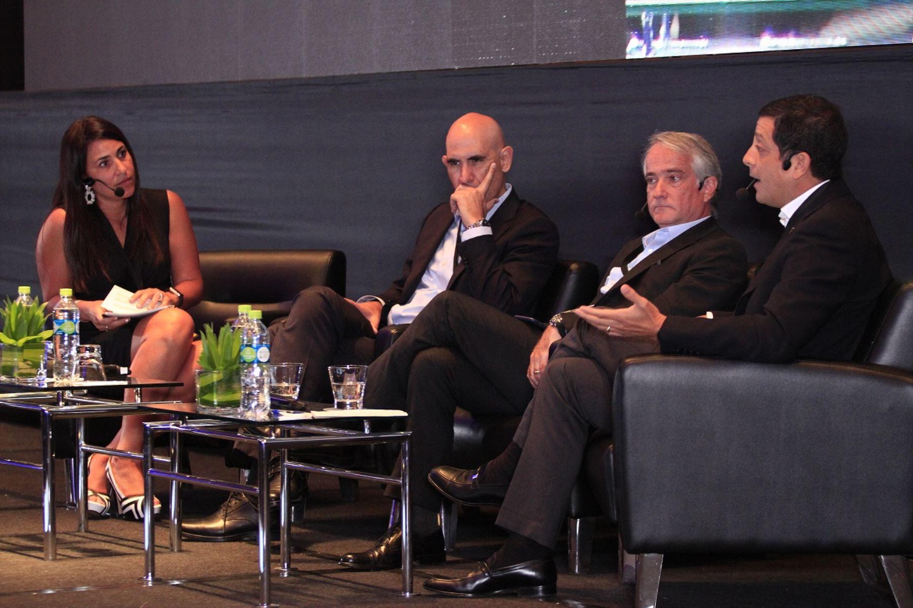Vinka Samohod, VP de Transformación Digital de Telefónica del Perú; Eduardo Torres Llosa, CEO BBVA Continental; Julio Malo, CEO Banco Pichincha y Luis Felipe Castellanos, CEO de Interbank . Foto Cortesía.