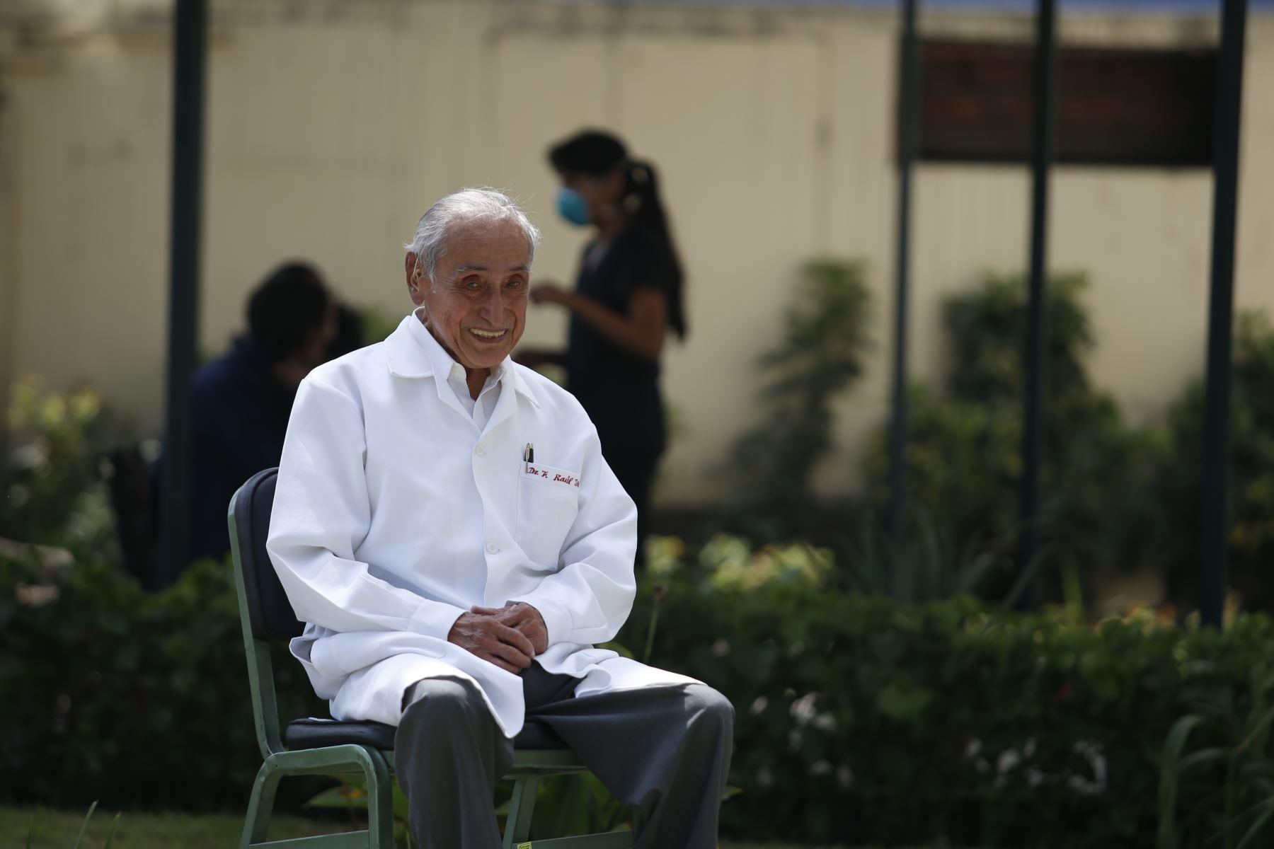 Federico Raúl Jerí Vadquez, médico neurólogo y psiquiatra del Hospital 2 de Mayo, sigue ejerciendo su profesión a pesar de tener 100 años. Foto: ANDINA/Nathalie Sayago