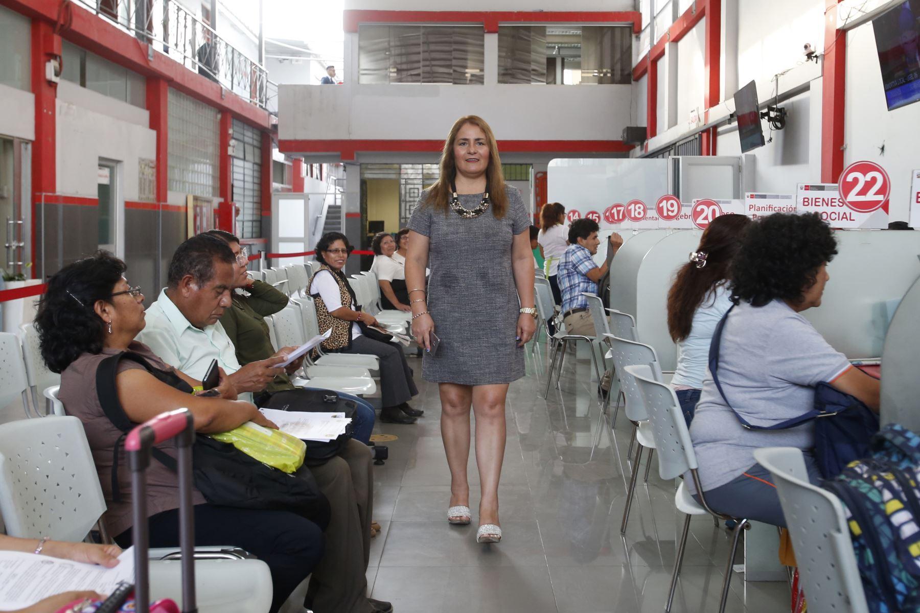 María Milagros Ramírez Baca es directora de la UGEL N°6 y desde que asumió la conducción se preocupa por eliminar los trámites administrativos engorrosos para beneficiar a los docentes. ANDINA/Nathalie Sayago