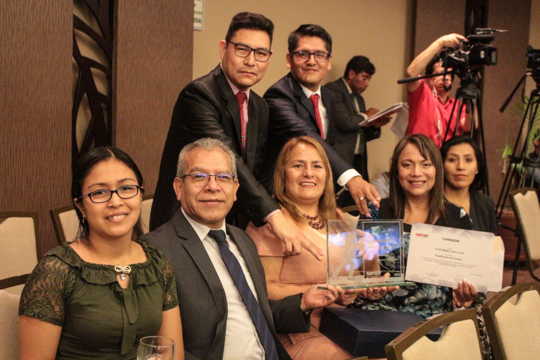 Con todo el equipo ganador del concurso Buenas Prácticas de Servir. Foto: Cortesía