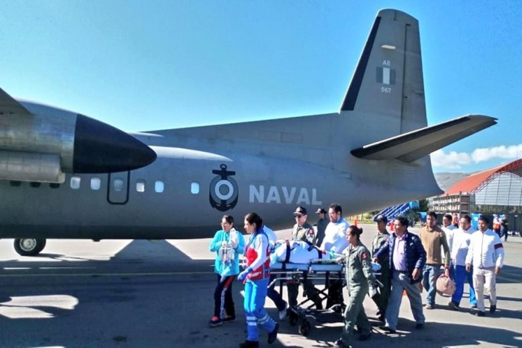 Por disposición del Ministerio de Defensa, la Marina de Guerra del Perú dispuso el inmediato desplazamiento de una aeronave Fokker 50 de la Fuerza de Aviación Naval para efectuar la evacuación aeromédica de la señora Manuela Anyaipoma. (34), quien sufrió una hemorragia interna tras ser sometida a una cesárea.