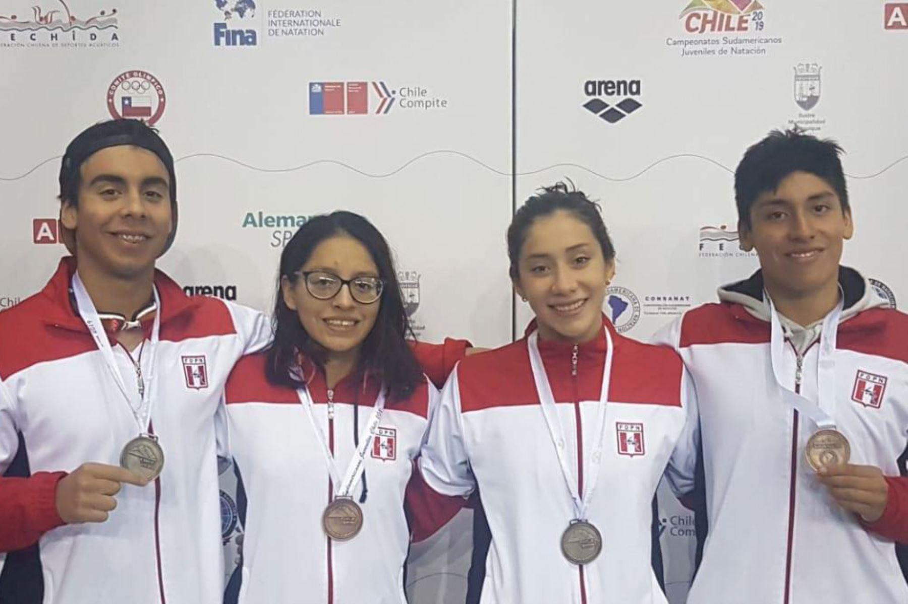 Perú obtiene dos medallas de plata y dos de bronce en Campeonato Sudamericano Juvenil de Natación que se desarrolla en Chile.