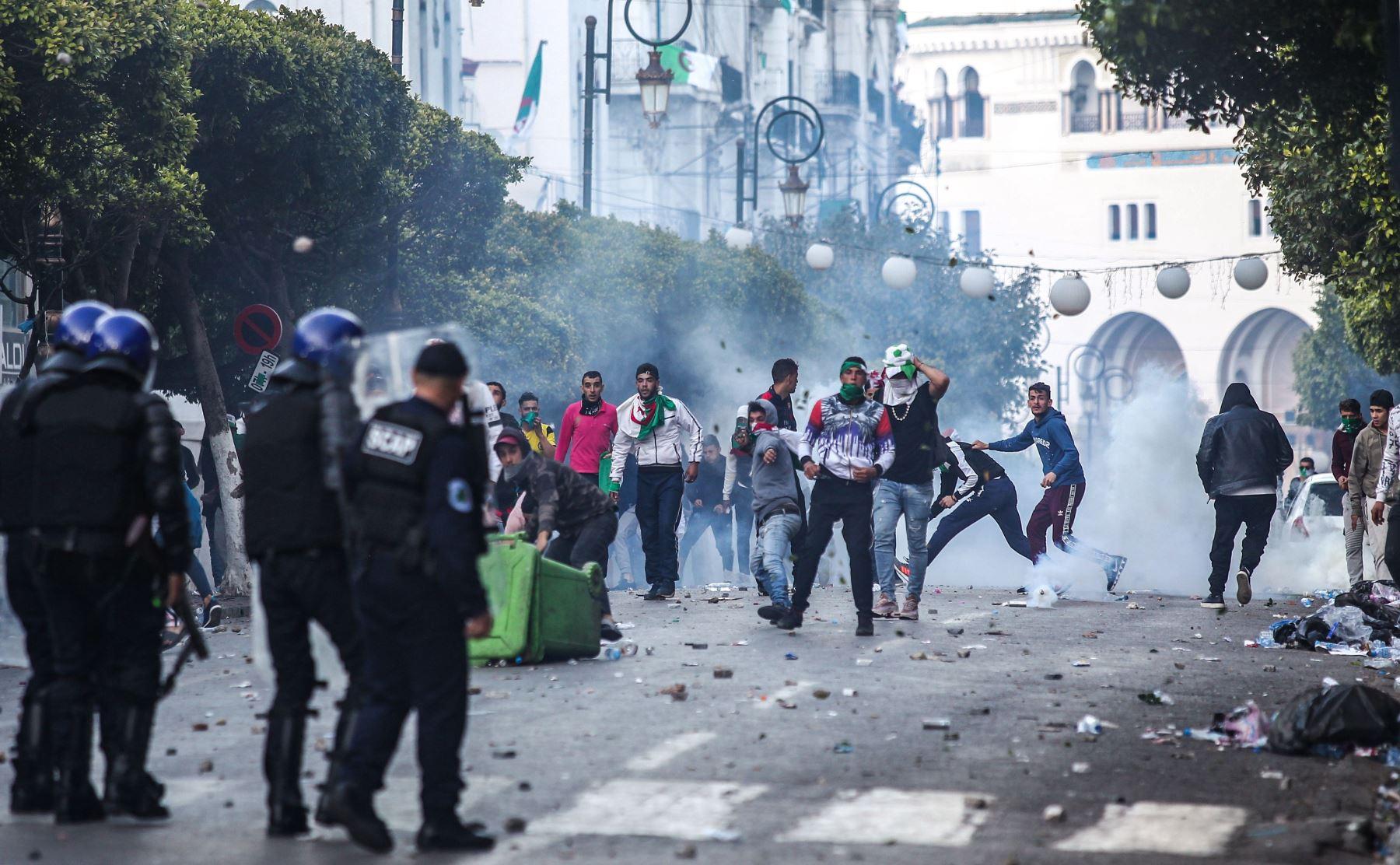 Los manifestantes argelinos se enfrentarán con la policía antidisturbios durante una manifestación antigubernamental en la capital, Argel, el 12 de abril de 2019. Foto: AFP