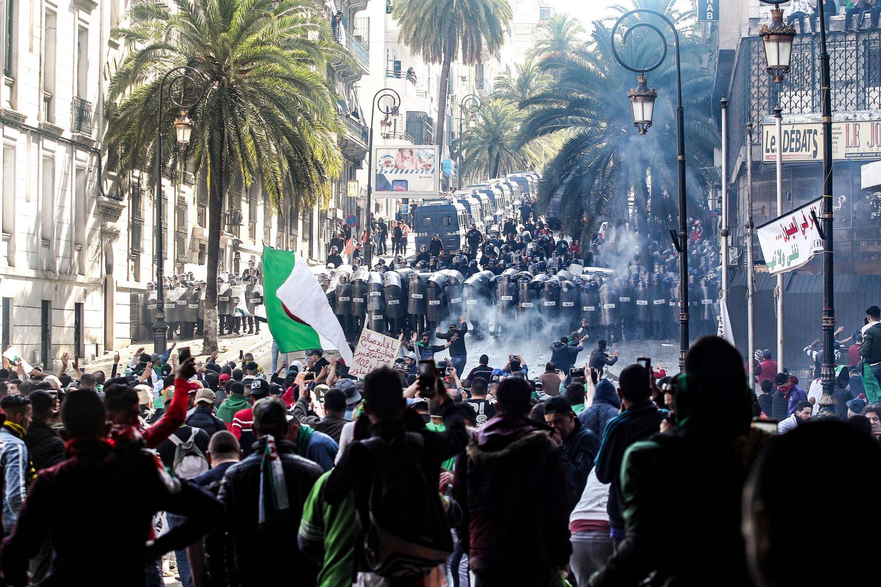 Los manifestantes argelinos se reúnen ante la policía antidisturbios durante una manifestación antigubernamental en la capital Argel el 12 de abril de 2019. Foto: AFP