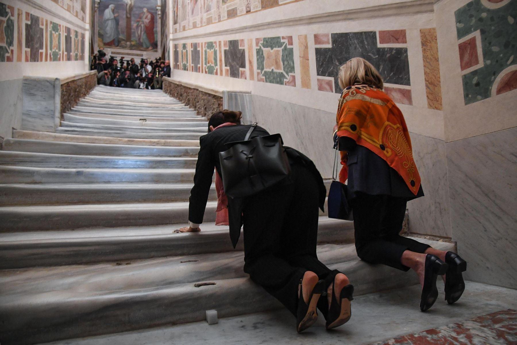 Dos mujeres asisten a la apertura extraordinaria de la Escalera Santa, este jueves en la Basílica de San Juan de Letrán, Roma (Italia). Foto: EFE
