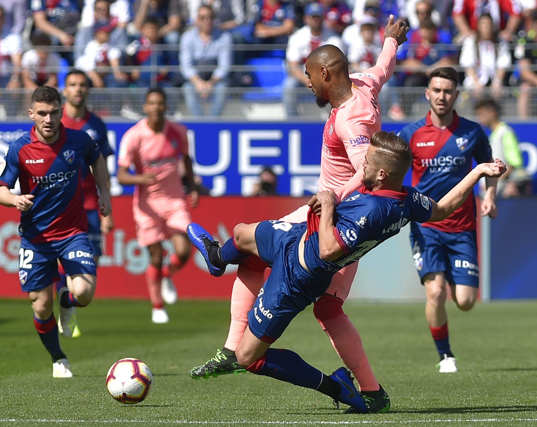 El delantero ghanés Kevin-Prince Boateng (arriba) compite con el defensor español Jorge Pulido, del SD Huesca, durante el partido de fútbol de la liga española entre el SD Huesca y el FC Barcelona.Foto:AFP