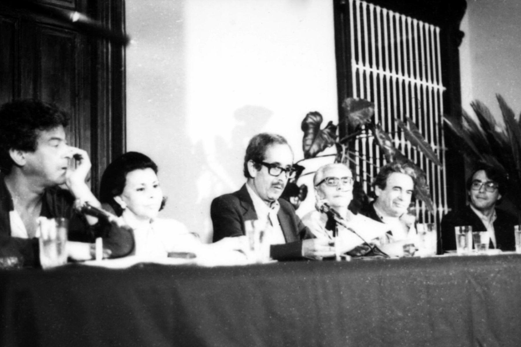 II Bienal de Poesía, Trujillo-Perú, 1987. En la foto  Antonio Cisneros, Blanca Varela, Jorge Eduardo Eielson, Javier Sologuren, Rodolfo Hinostroza y Abelardo Sánchez León. Foto: Archivo diario El Peruano