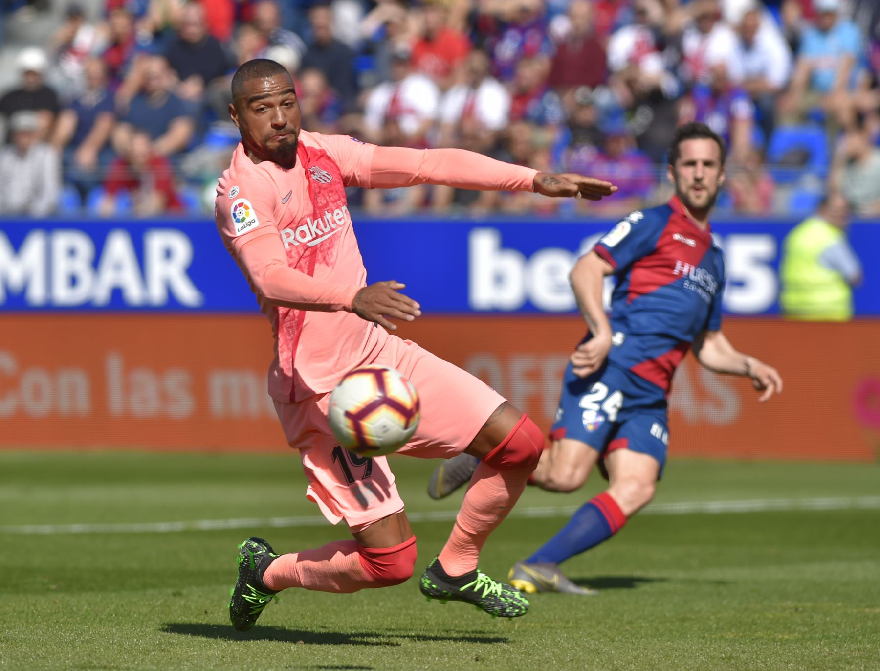 El delantero ghanés Kevin-Prince Boateng de Barcelona mira el balón durante el partido de fútbol de la liga española entre el SD Huesca y el FC Barcelona .Foto: AFP