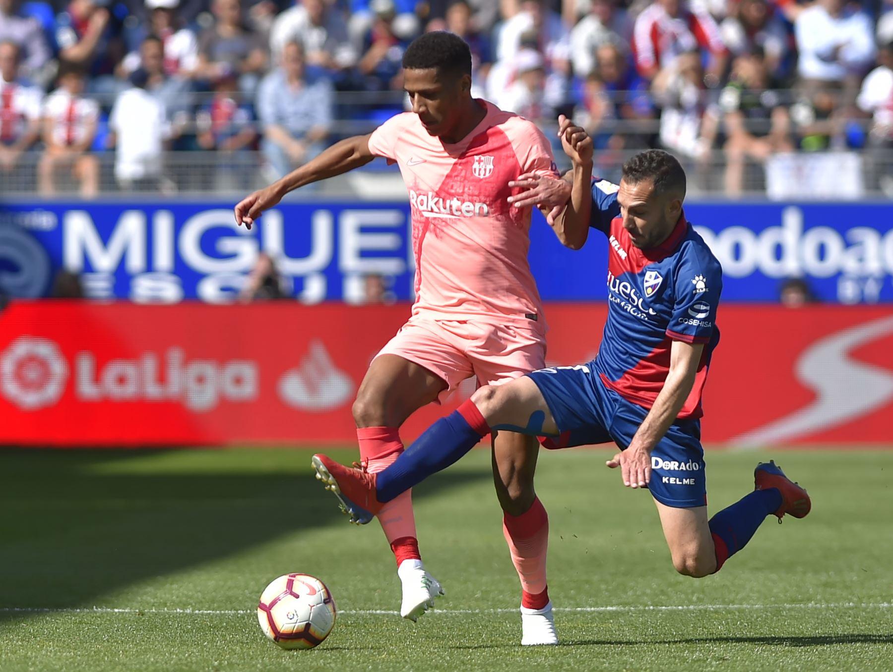 El defensa francés de arcelona, Jean-Clair Todibo (L) compite con el delantero español de SD Huesca, David Ferreiro, durante el partido de fútbol de la liga española entre SD Huesca y FC Barcelona.Foto:AFP