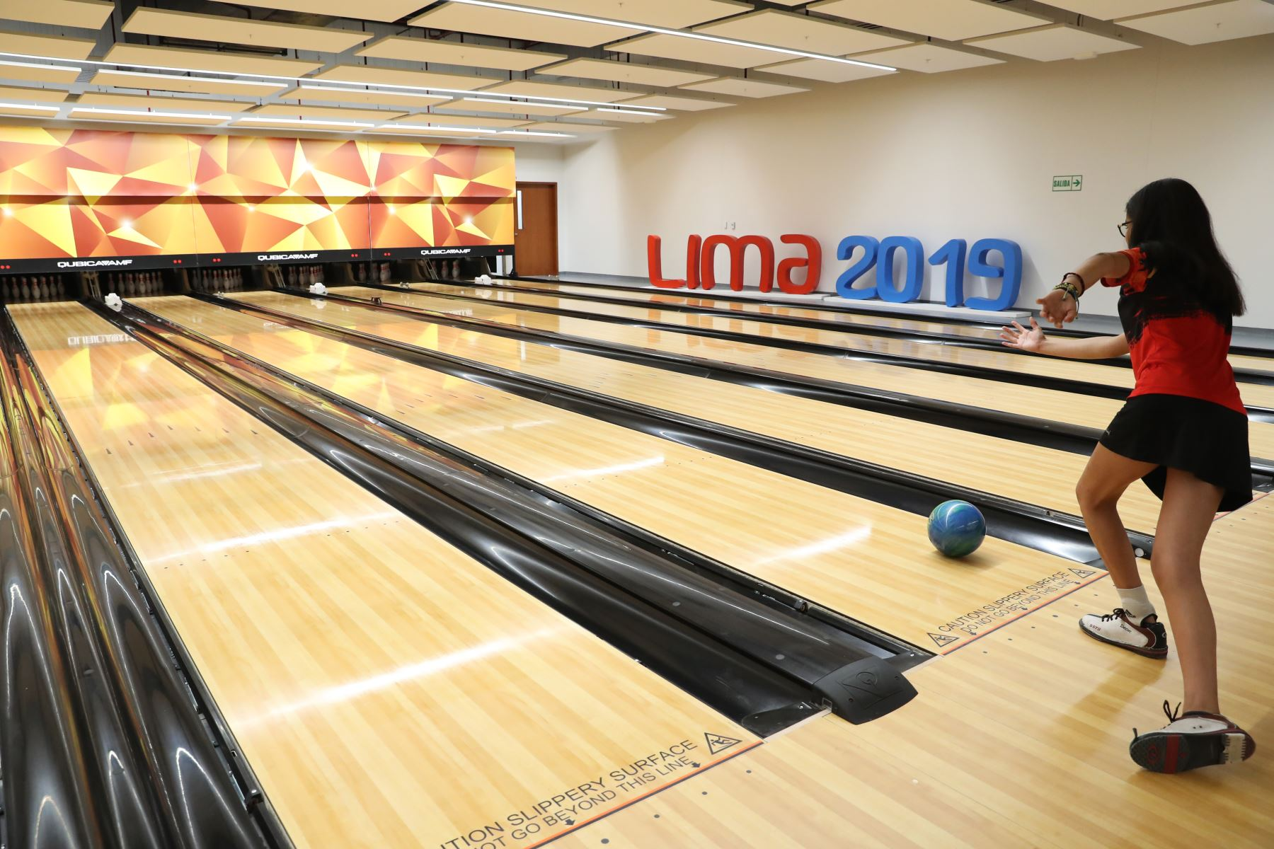 Moderno escenario cuenta con 24 pistas de última generación y recibirá a los mejores 64 jugadores de Bowling en los Juegos Panamericanos Lima 2019 . Foto: ANDINA/Melina Mejía