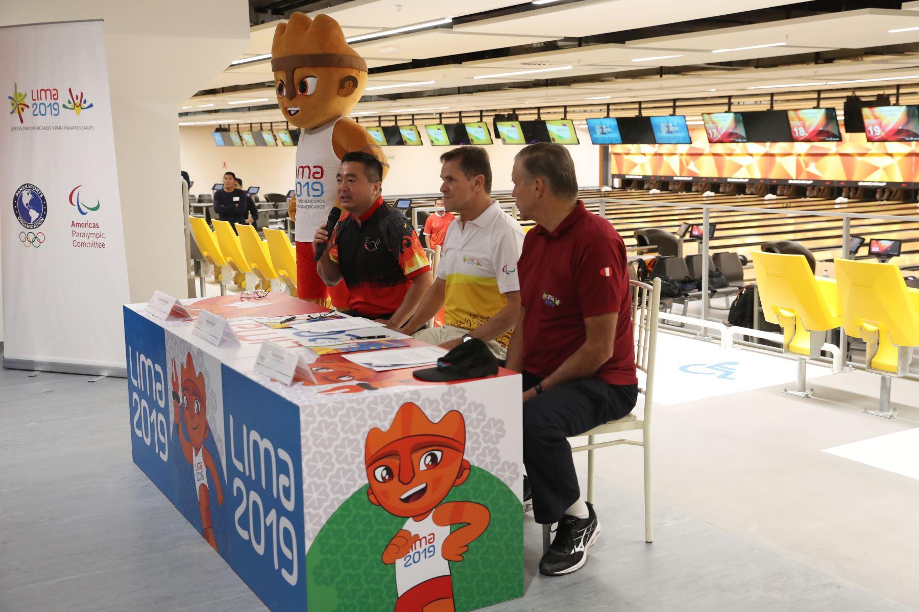 Carlos Neuhaus, Director Ejecutivo de Lima 2019 acompañado del titular de  la Federación Peruana de Bowling, Juan Carlos Yuzuriha y el ingeniero Wilhelm Funke. Foto: ANDINA/Melina Mejía