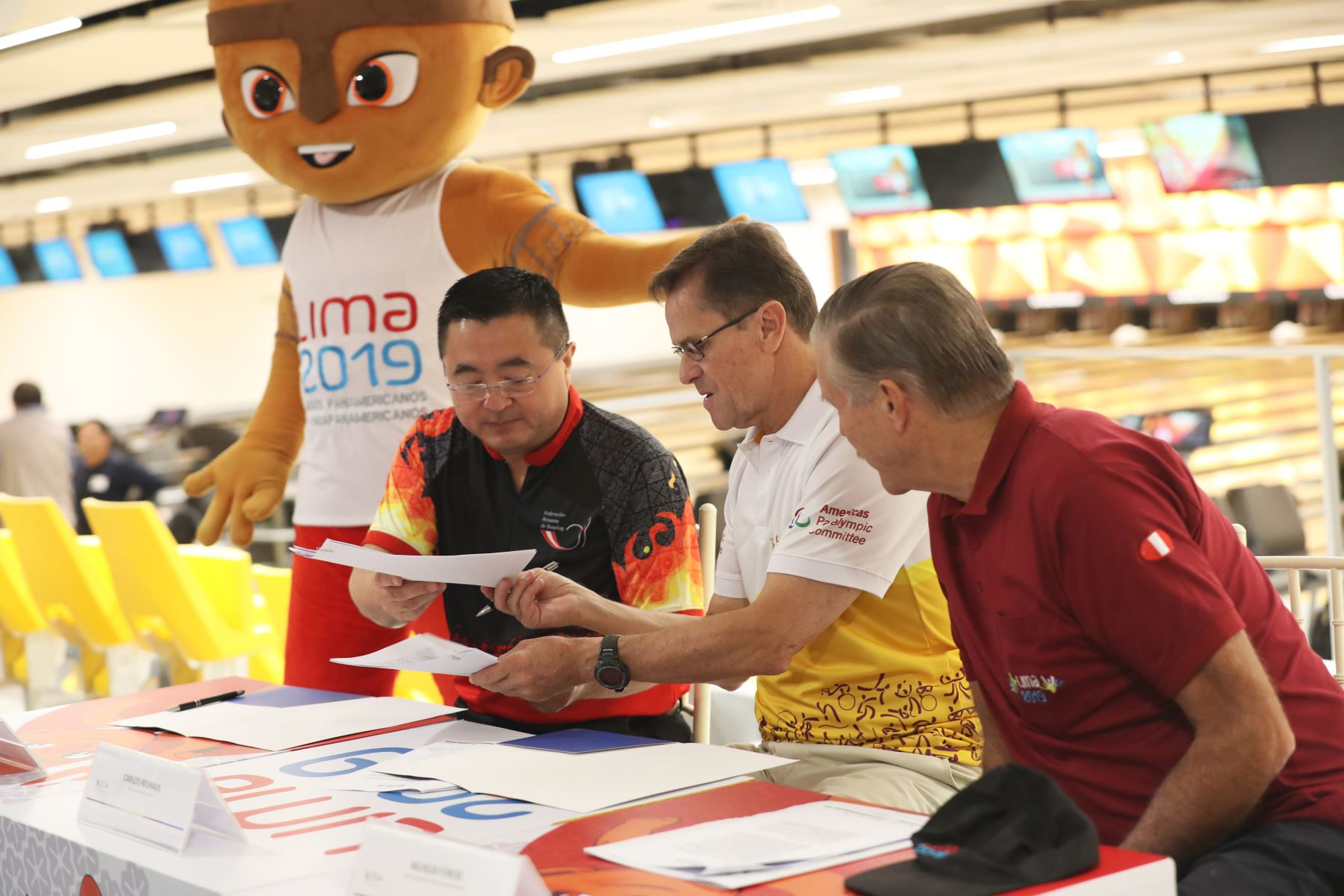 Carlos Neuhaus, Director Ejecutivo de Lima 2019 acompañado del titular de  la Federación Peruana de Bowling, Juan Carlos Yuzuriha firman la entrega del Bowling Center de la Videna. Foto: ANDINA/Melina Mejía