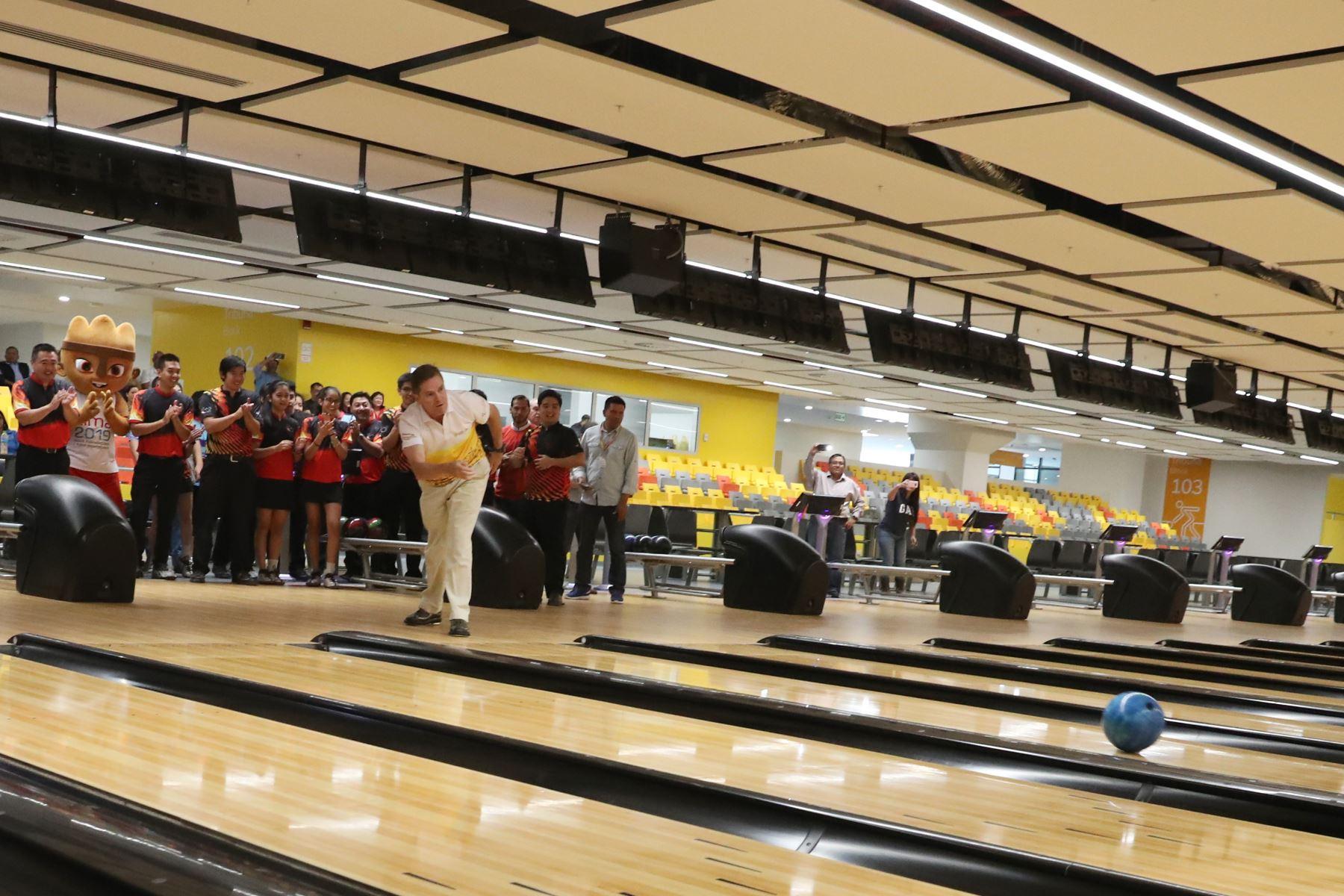 Carlos Neuhaus inaugura las pistas del Bowling Center. Foto: ANDINA/Melina Mejía