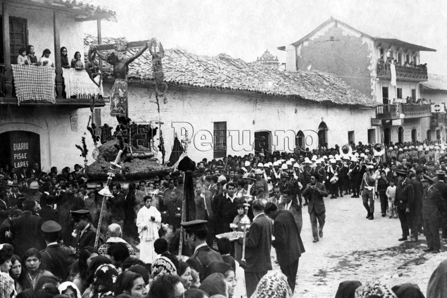 Celebración de la Semana Santa en Cusco. Foto del Señor de los Temblores que data de 1984.