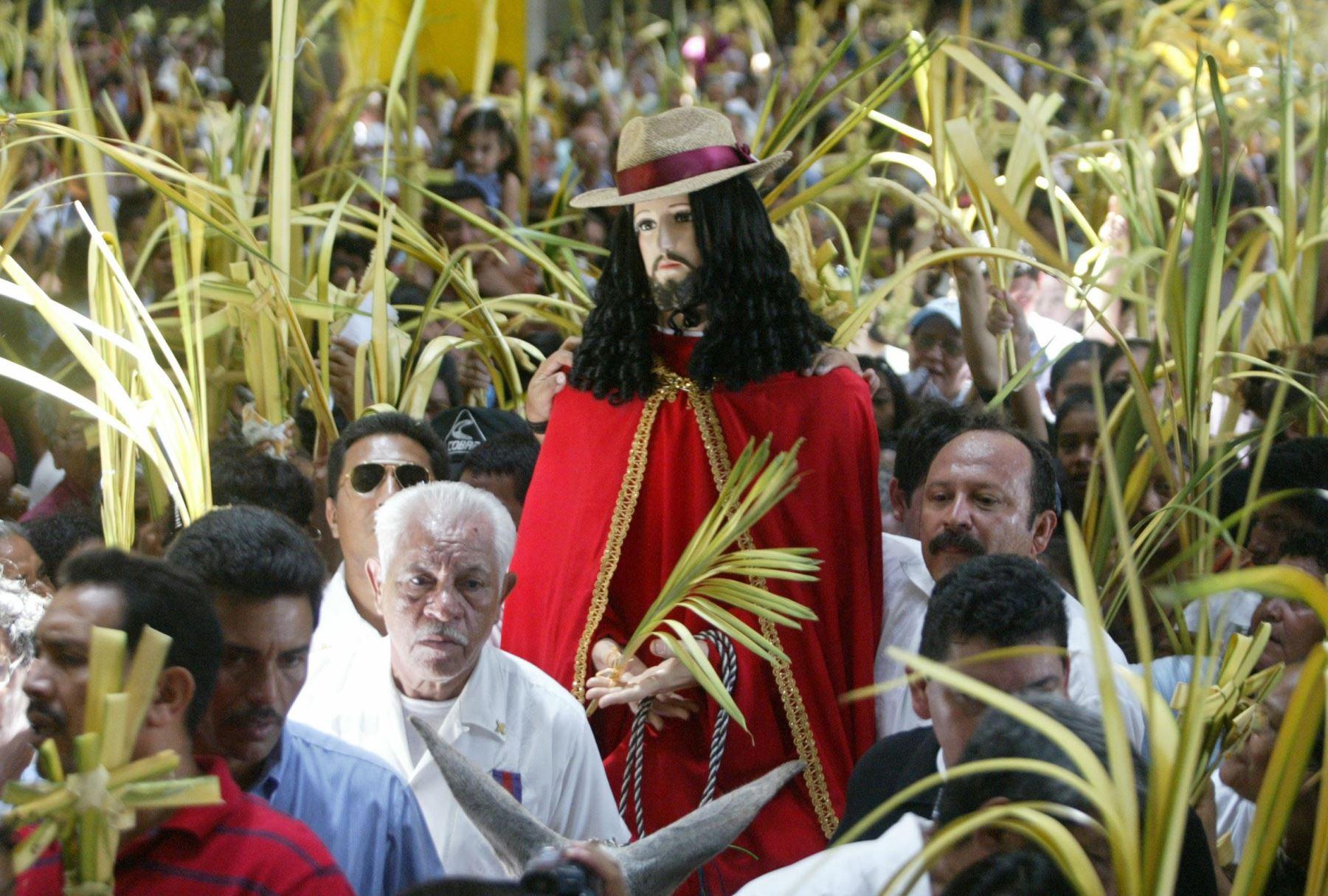 Fieles participan de la procesión correspondiente al Domingo de Ramos a la entrada de la catedral metropolitana de Managua, Nicaragua. Miles de creyentes participaron en la celebración de la festividad que marca el inicio de la llamada Semana Santa en Nicaragua. Foto: AFP