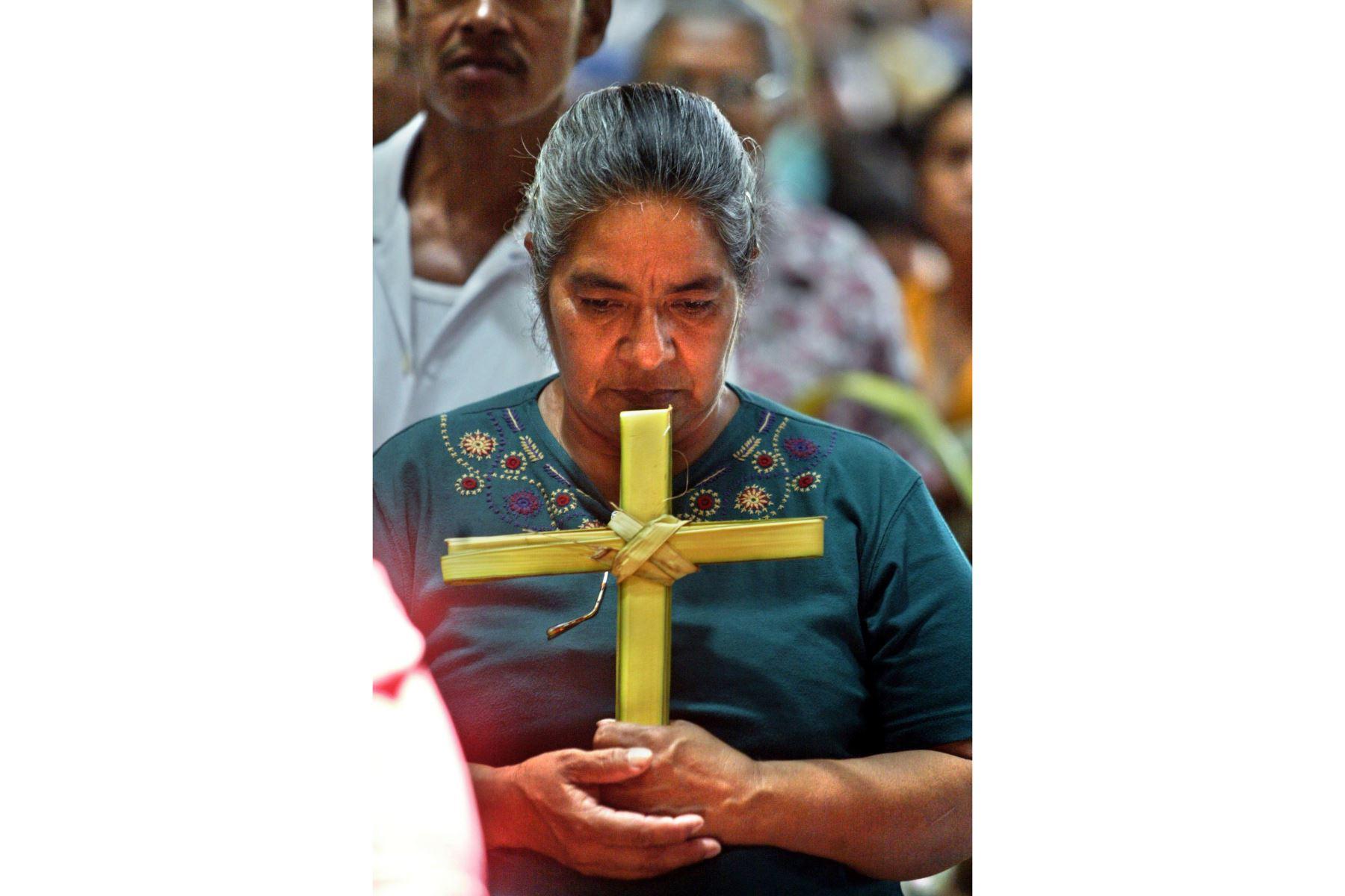 Fieles participan de la procesión correspondiente al Domingo de Ramos  en la catedral metropolitana de Managua, Nicaragua. Miles de creyentes participaron en la celebración de la festividad que marca el inicio de la llamada Semana Santa en Nicaragua.Foto: AFP