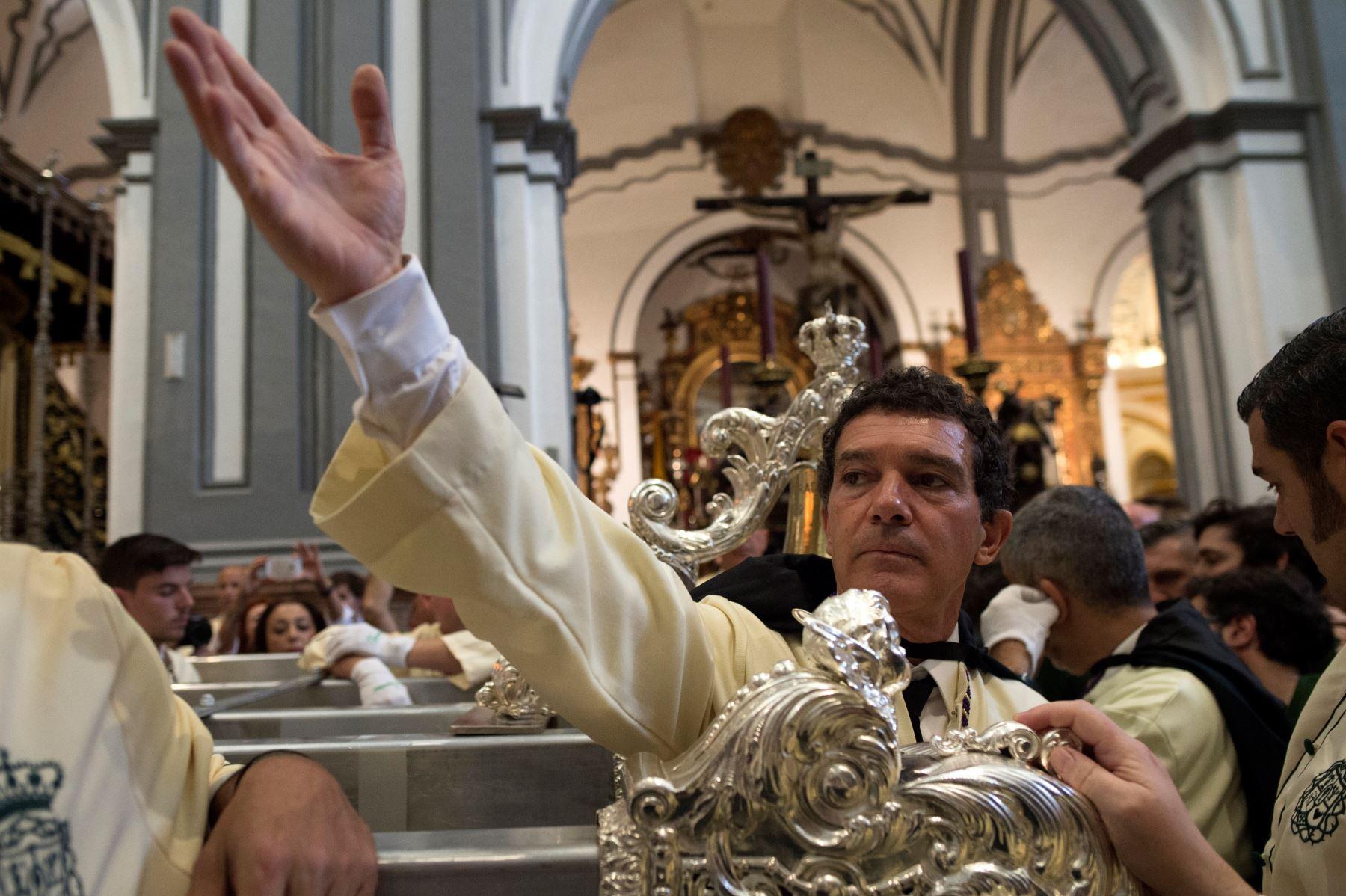 """El actor español Antonio Banderas (R) y su novia Nicole Kimpelt (C) llegan a la iglesia de San Juan para la procesión de hermandad """"Lagrimas y Favores"""" en  domingo de Ramos en Málaga .Foto:AFP"""