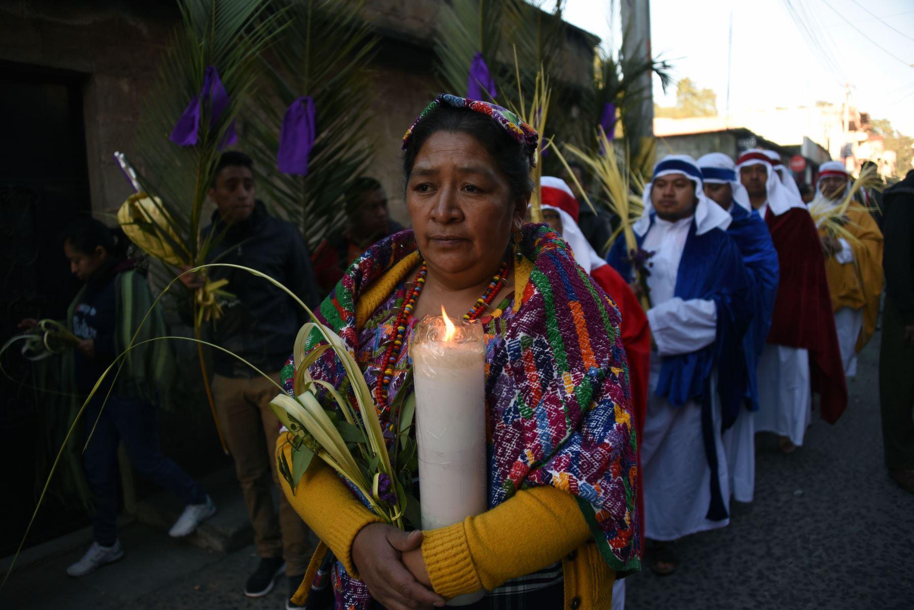 Una fiel católica participa en la procesión del Domingo de Ramos  en San Pedro Sacatepequez, a 30 km al oeste de la ciudad de Guatemala.Foto:AFP