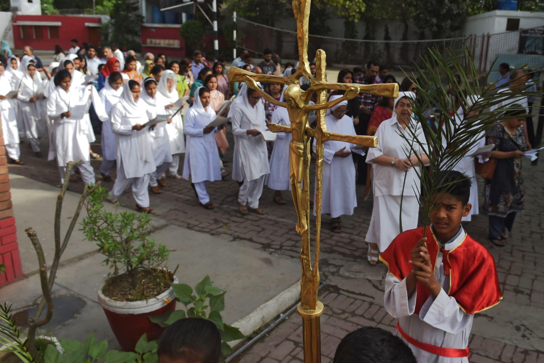 Las monjas cristianas lideran una procesión del Domingo de Ramos en la Iglesia de San Antonio en Lahore en Pakistán. Foto:AFP