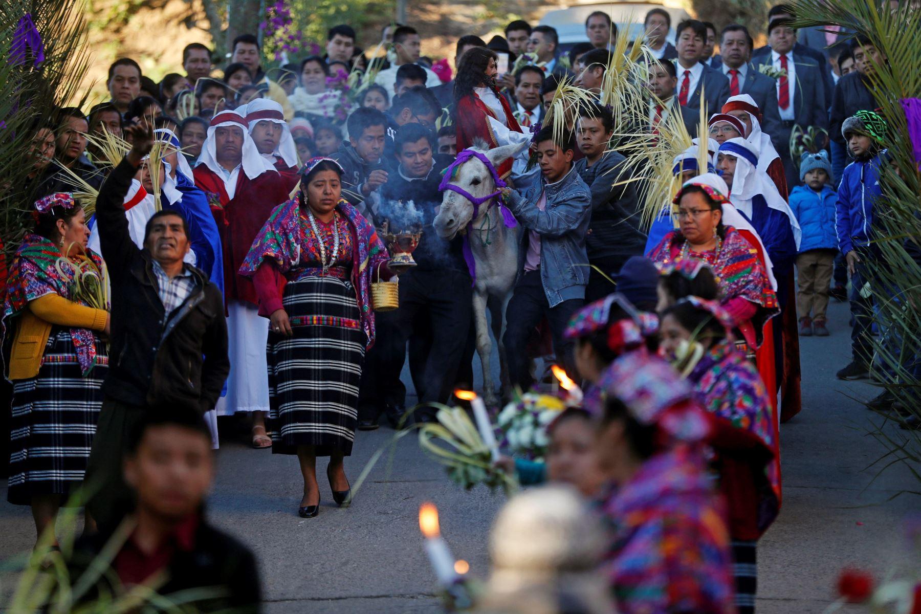 Devotos católicos participan en la procesión de Domingo de Ramos  en el municipio de San Pedro Sacatepéquez -Guatemala.Foto:EFE