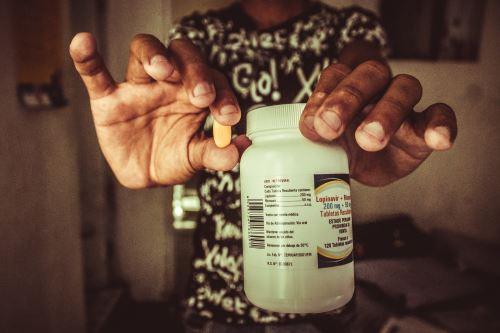 Esteban tiene 29 años y fue diagnosticado en octubre de 2017. Solo recibió un mes de pastillas en el sistema público, no hubo más por la crisis en Venezuela. Foto: Harold Moreno Luna.