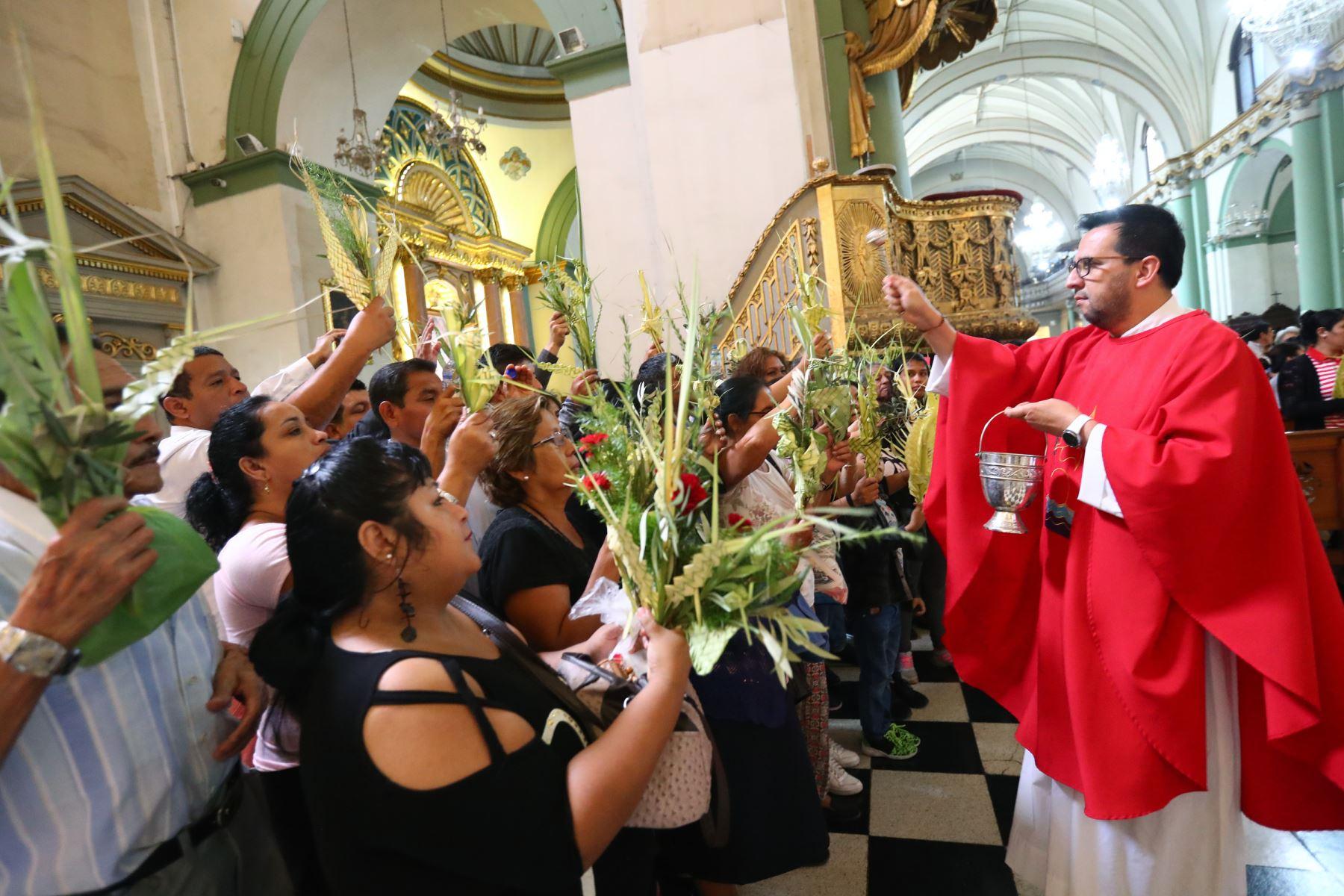 Los devotos cristianos participan en la celebración del Domingo de Ramos en la iglesia Santo Domingo ,Foto: ANDINA/Norman Córdova