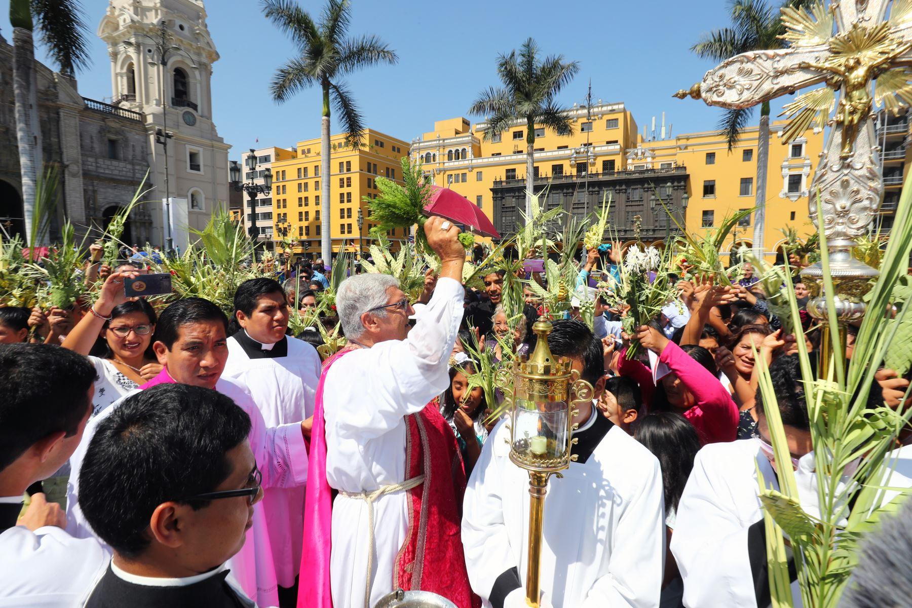 Arzobispo de Lima , Carlos Castillo y  devotos cristianos participan en la celebración del Domingo de Ramos en la Catedral de Lima. Foto: ANDINA/Norman Córdova