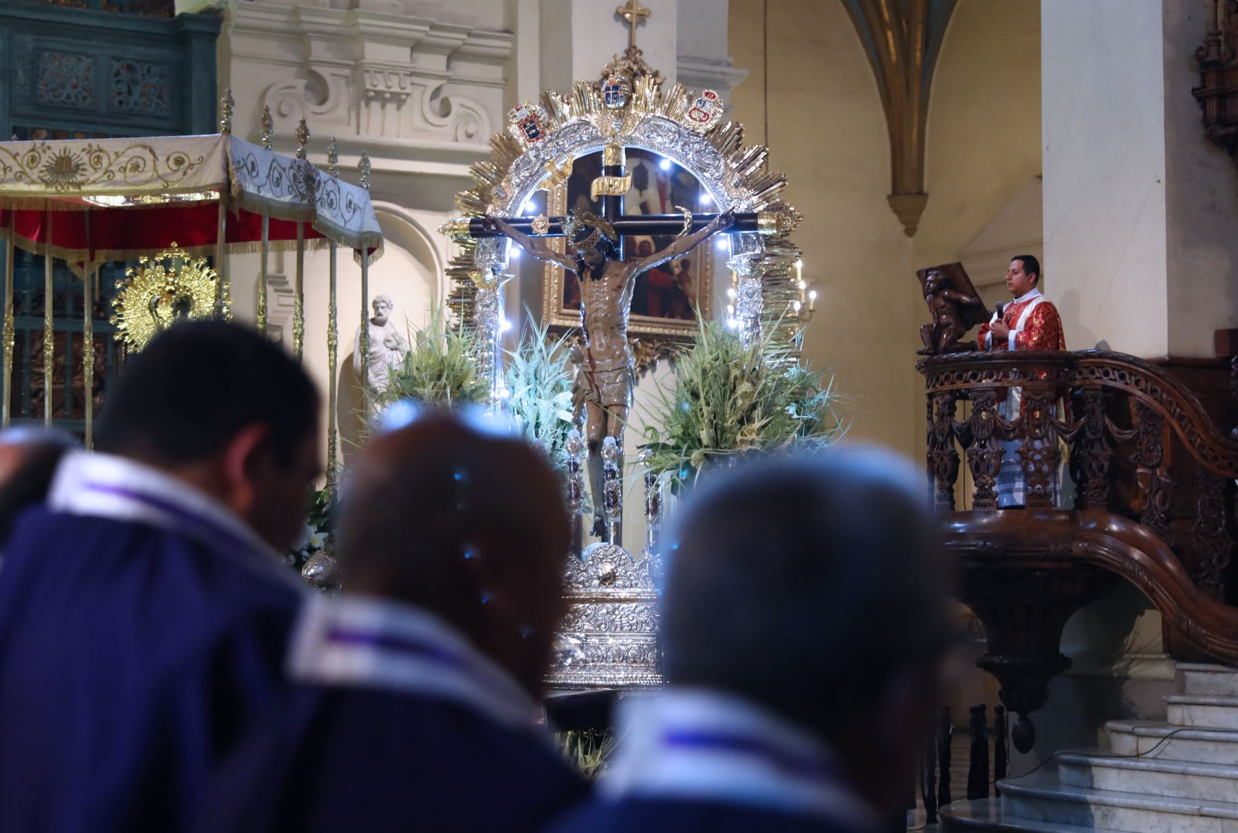 Los devotos cristianos participan en la celebración del Domingo de Ramos en la Catedral de Lima. ,Foto: ANDINA/Norman Córdova