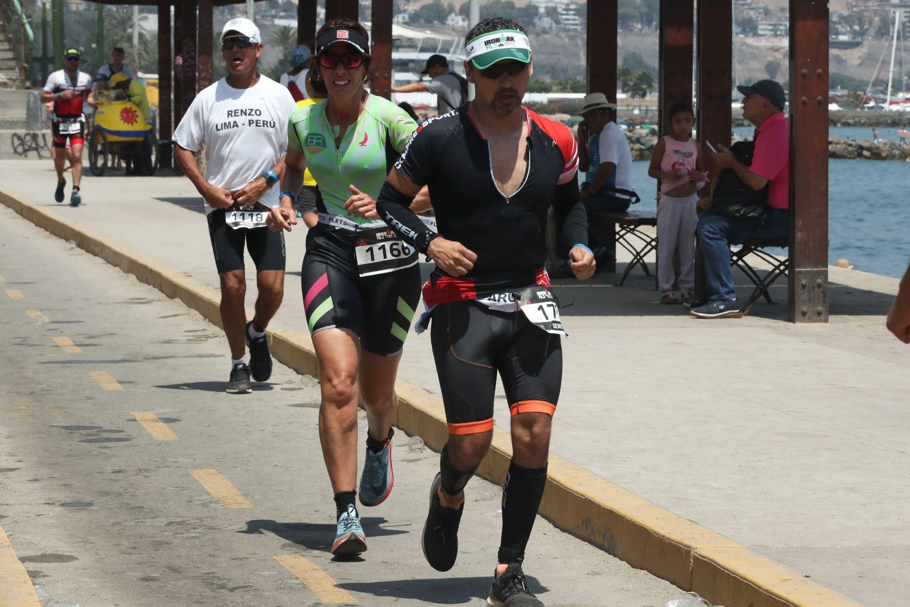 Los participantes en la triatlón IRONMAN 70.3 Perú 2109 compitieron en tres disciplinas: A nado 1.2 millas, recorrieron en bicicleta 90 kilometros y a trote 21 kilometros. El recorrido se realizó a lo largo de la costa verde. Foto: ANDINA/Melina Mejía