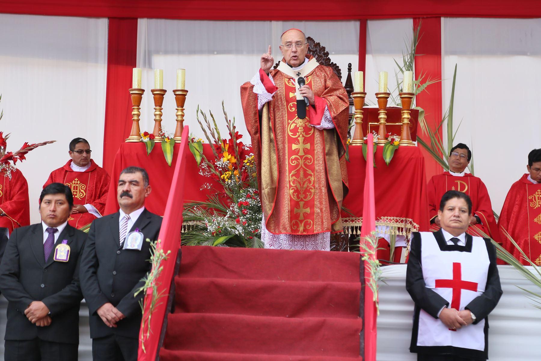 En el marco del Domingo de Ramos, el cardenal Pedro Barreto bendijo los ramos de miles de fieles  durante la procesión del Señor del Triunfo, que partió del templo La Merced y llegó a la plaza de la Constitución donde realizó una liturgia.Foto: ANDINA/ Municipalidad de Huancayo