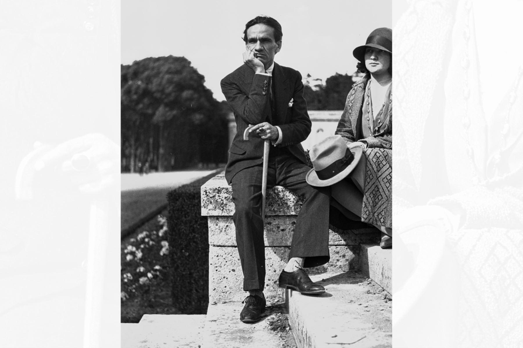 París - 1931 / César Vallejo  y Georgette en París.  La fotografía formó parte de la exposición César Vallejo: El Poeta y el hombre.
